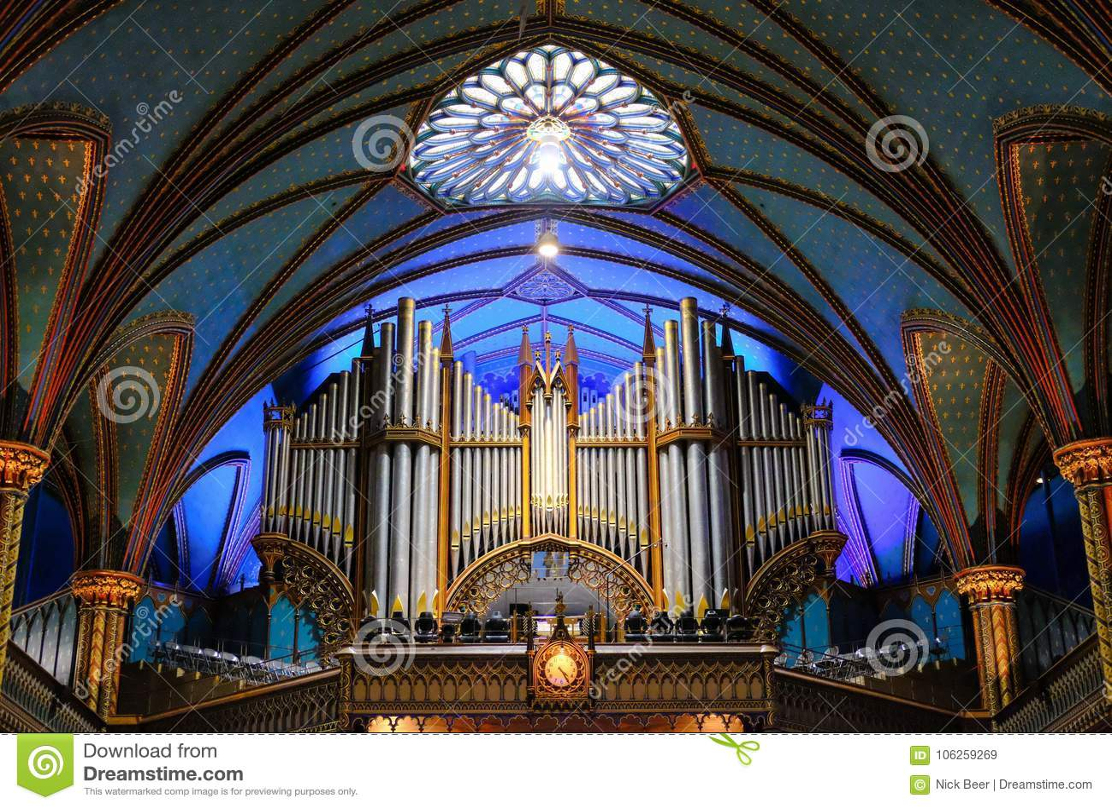 Пышный интерьер района собора и алтара показывая обширный космос внутрь