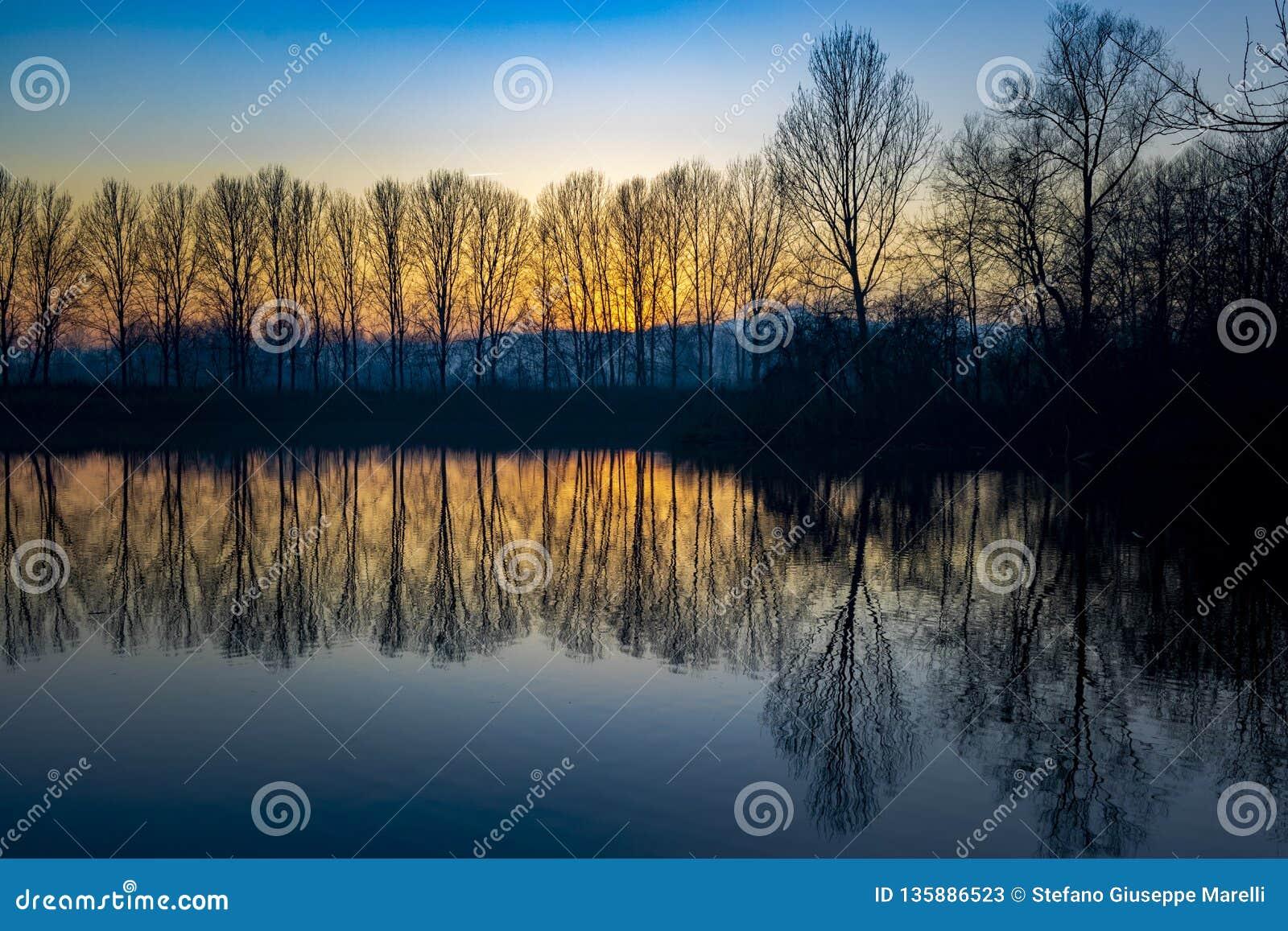 Пьемонт, Италия, прибрежная полоса озера на заходе солнца, в парке реки po
