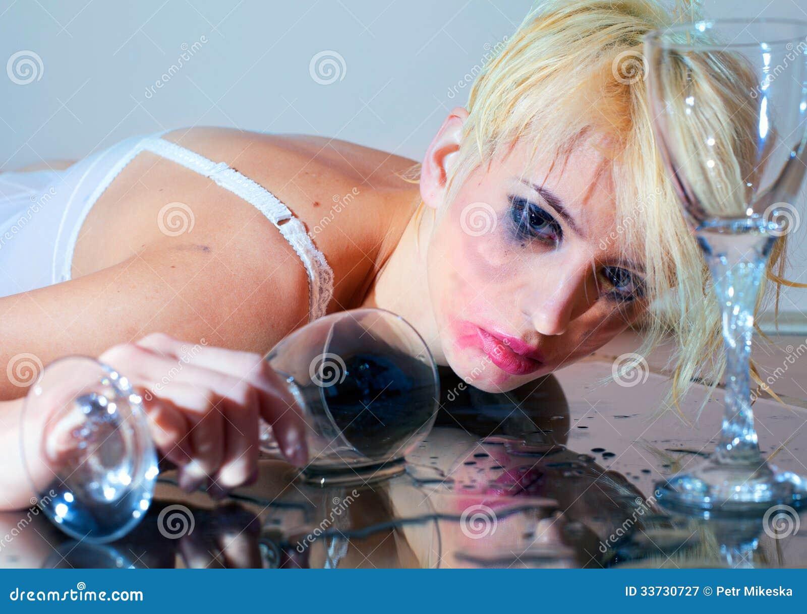 Пьяная женщина с стеклом
