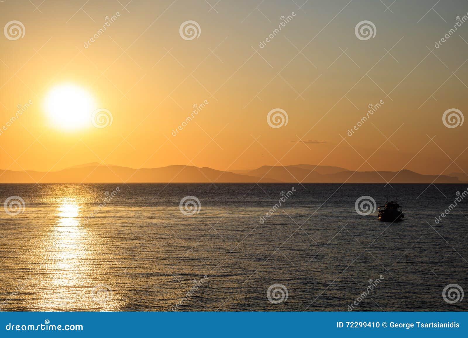 Download Плавание шлюпки на неподвижной воде в солнечном свете Стоковое Фото - изображение насчитывающей небо, путь: 72299410
