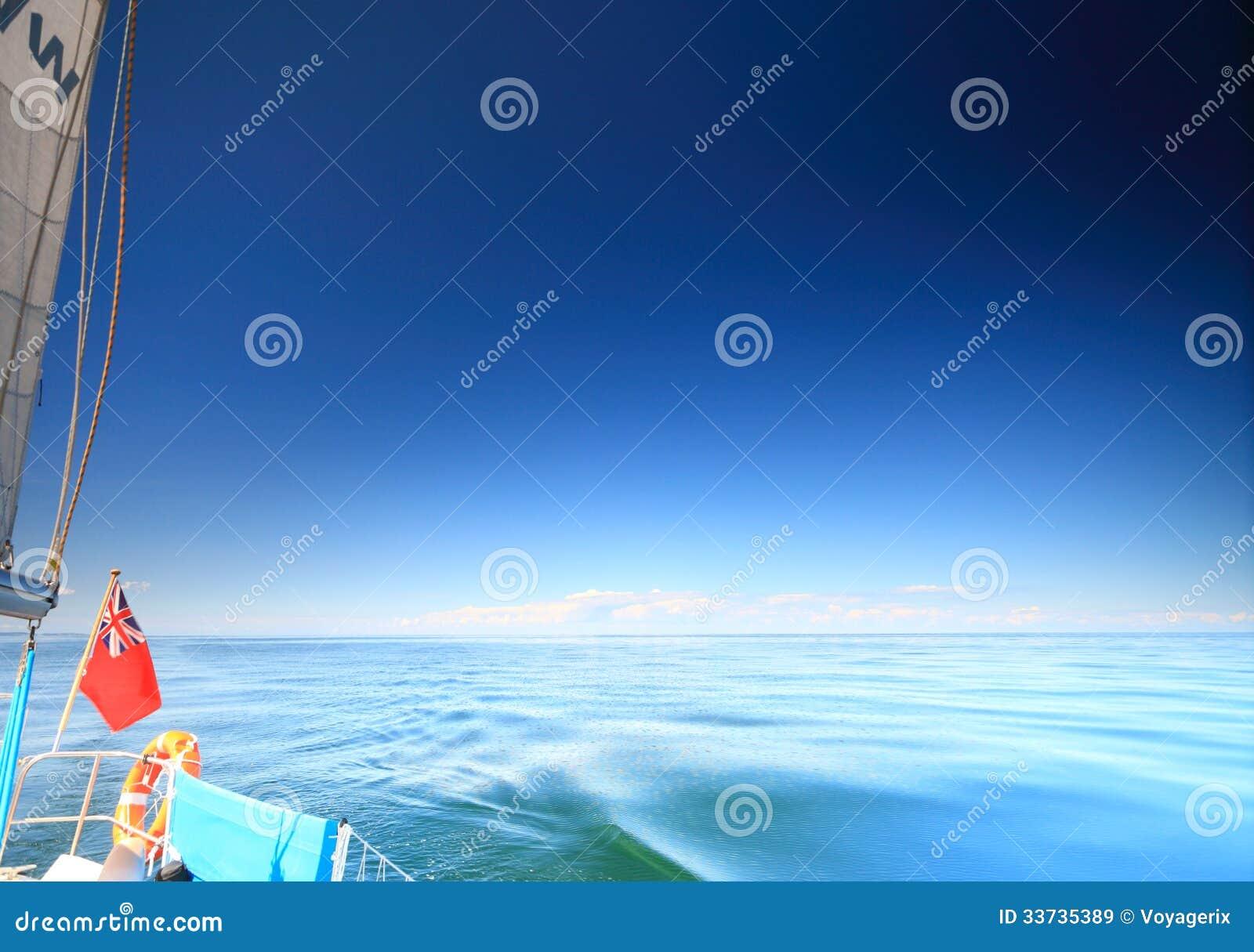 Плавание яхты british парусника в голубом море