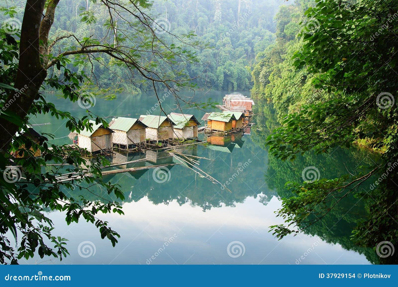 Плавая деревня на озере Lan Cheow.