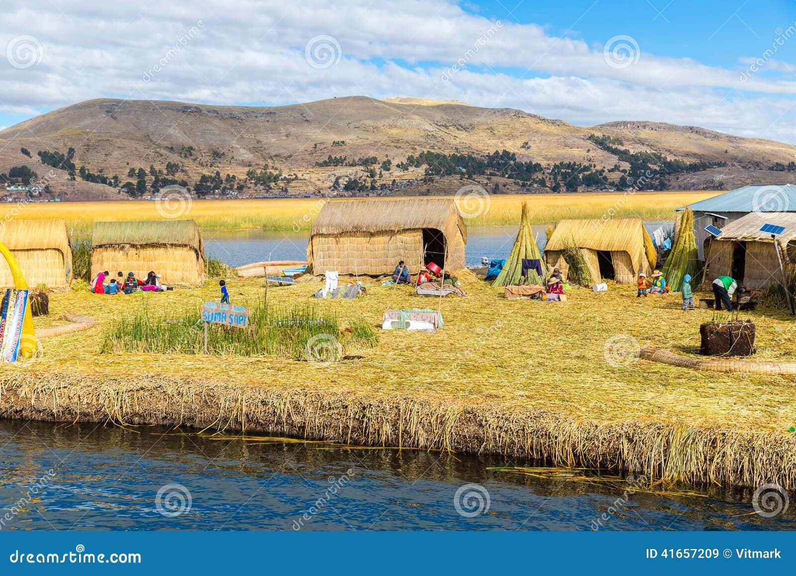 Плавая острова на озере Titicaca Puno, Перу, Южной Америке, покрыванной соломой домой