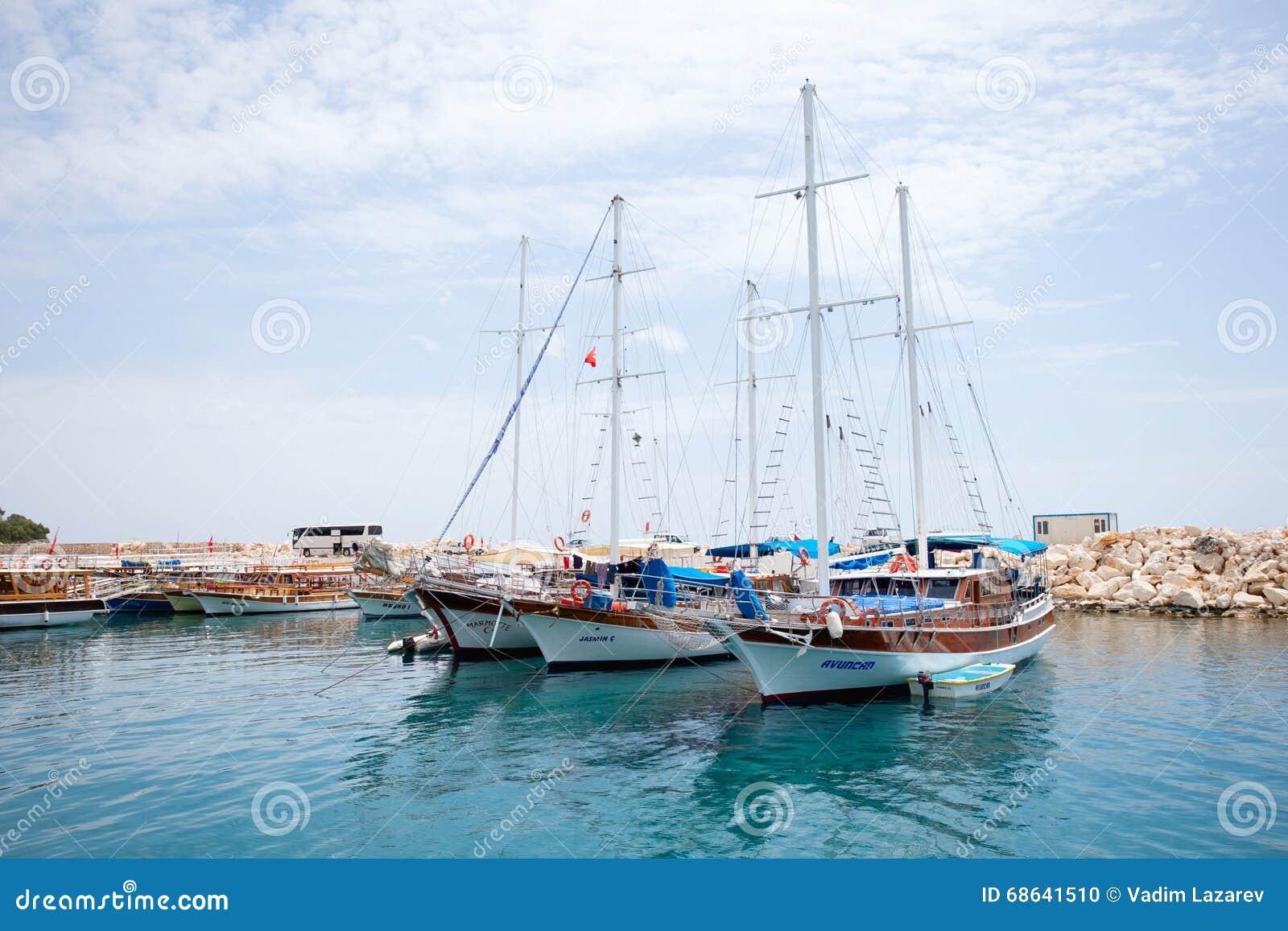 3 плавая яхты