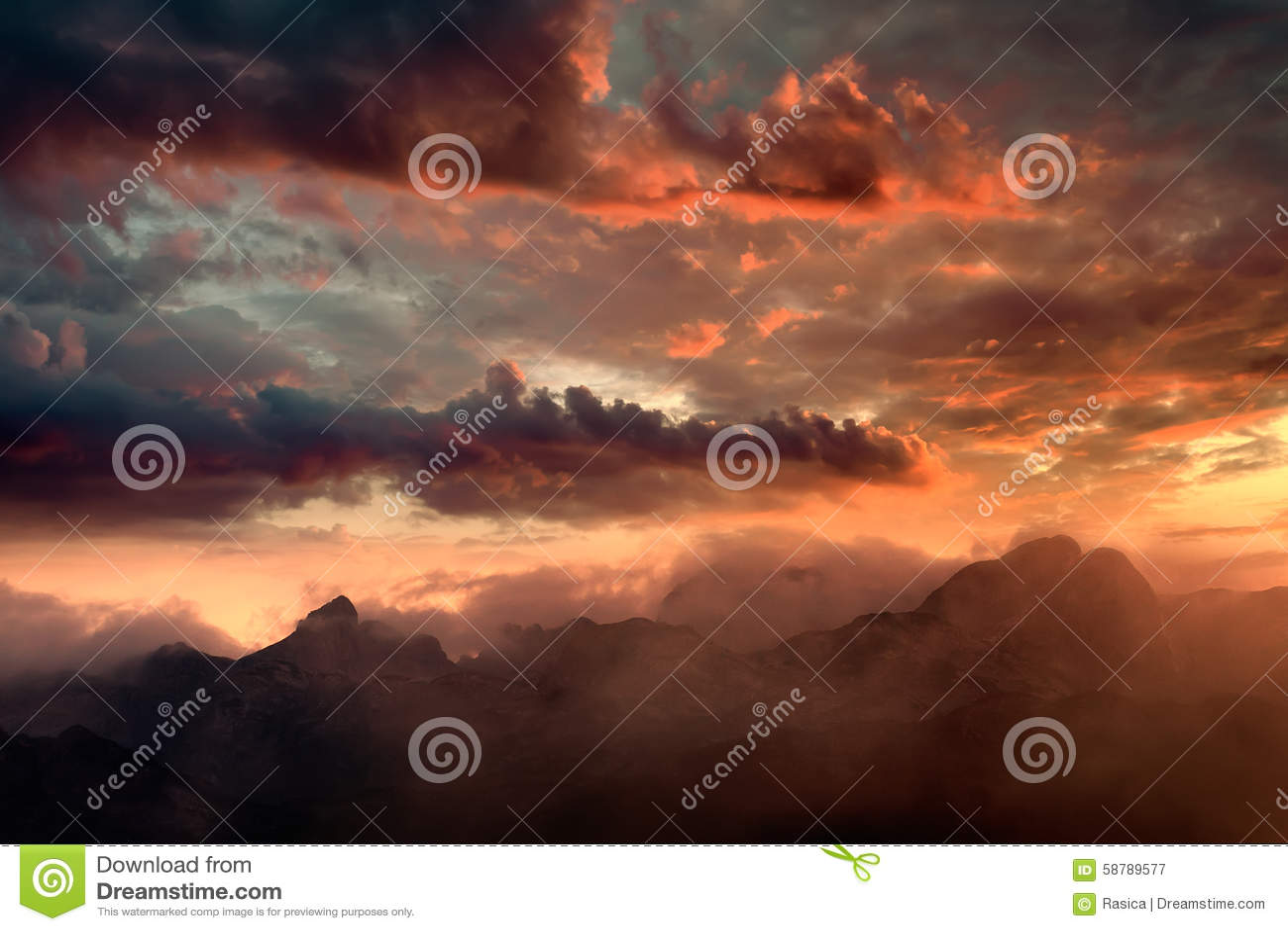 Пламенистый заход солнца и мглистые горные пики