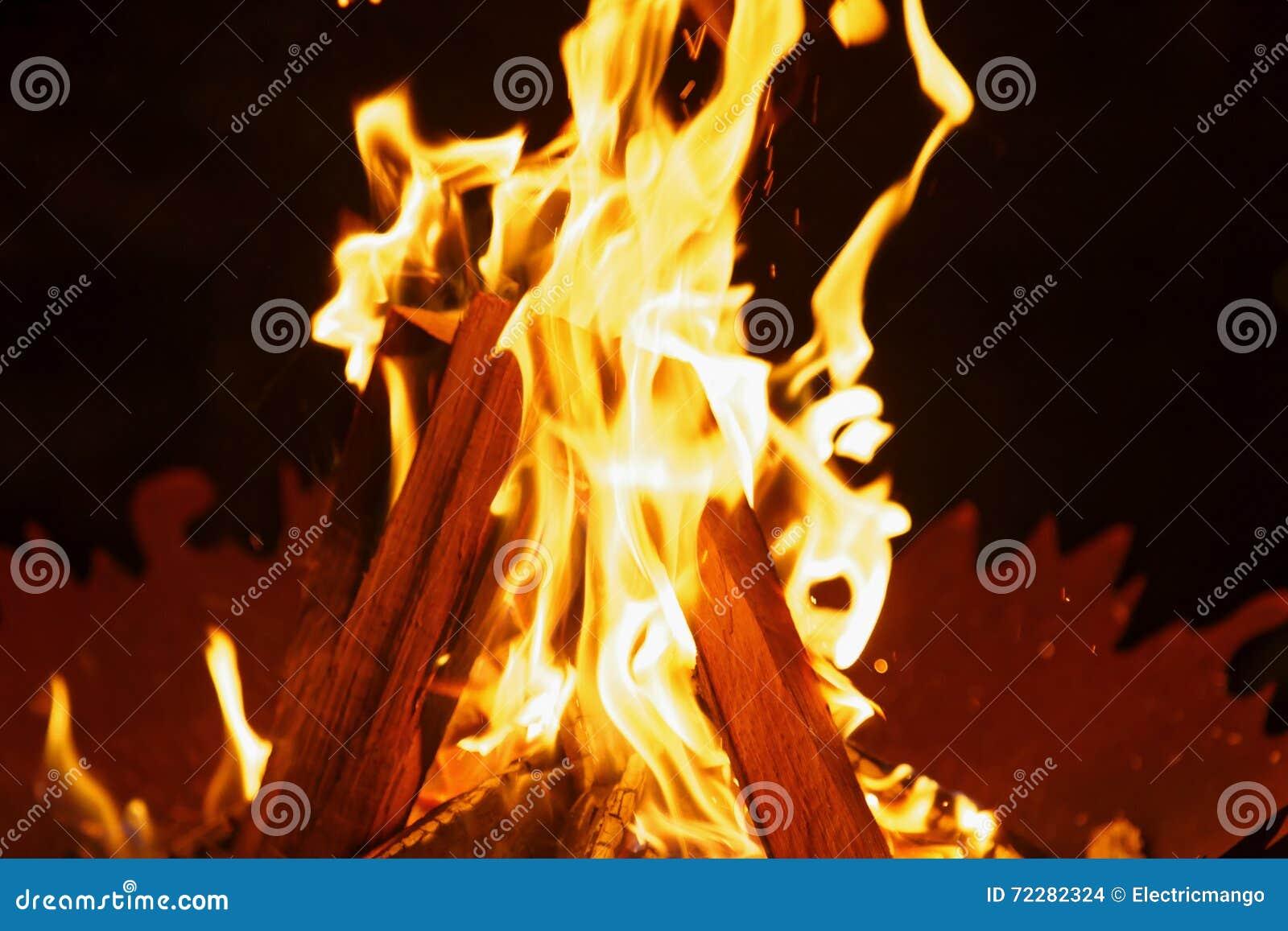 Download Пламя стоковое фото. изображение насчитывающей ноча, campfire - 72282324