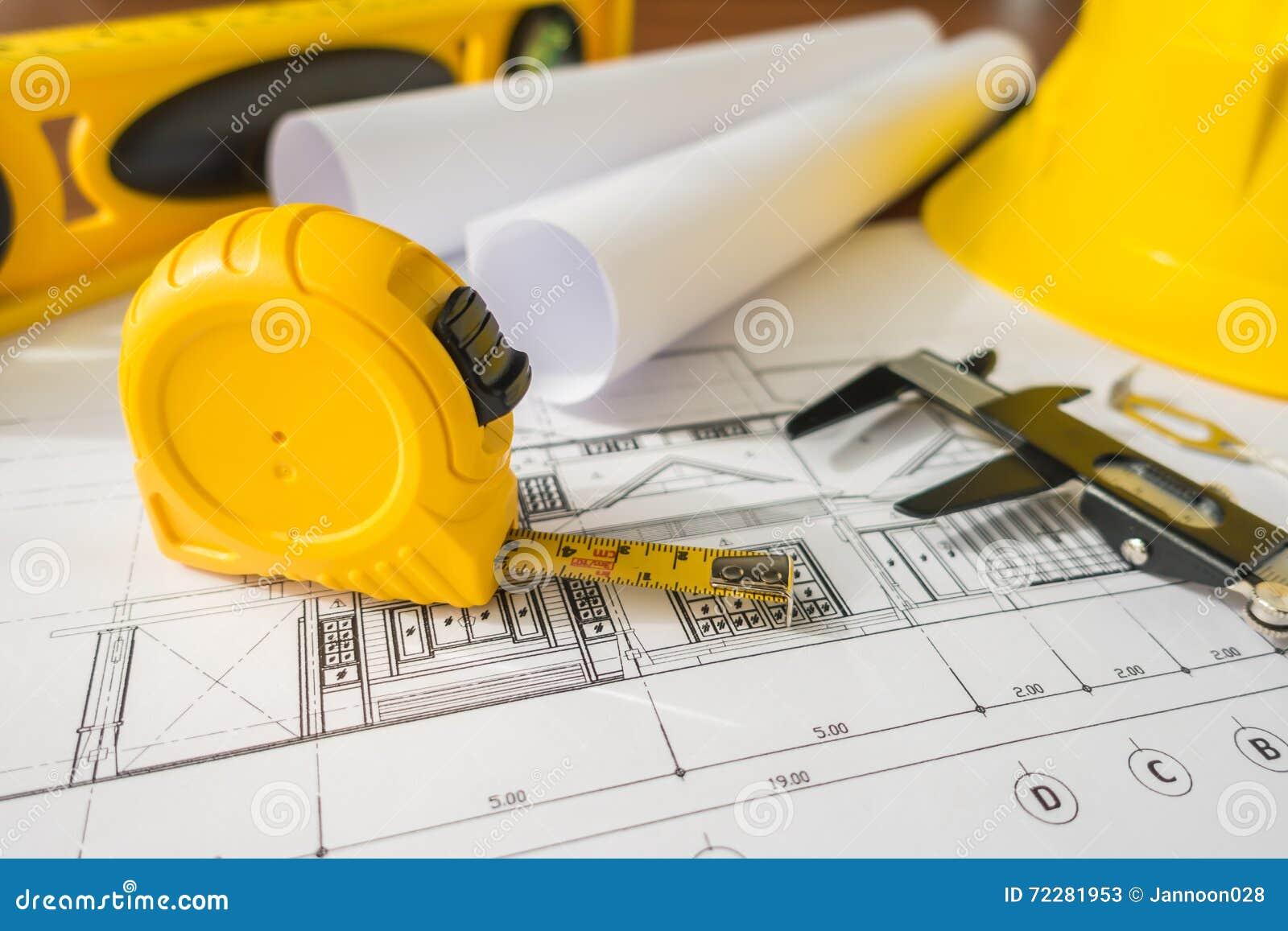Download Планы строительства с желтым шлемом и чертегные инструменты на Bluep Стоковое Изображение - изображение насчитывающей афоризмов, черный: 72281953