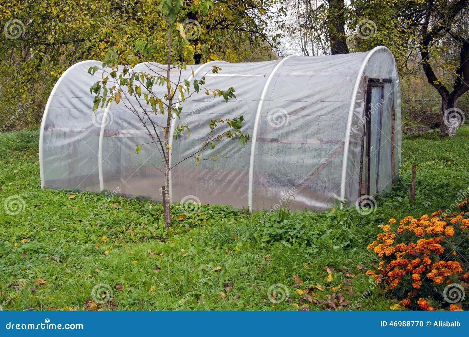 Пластичная оранжерея парника в саде фермы осени