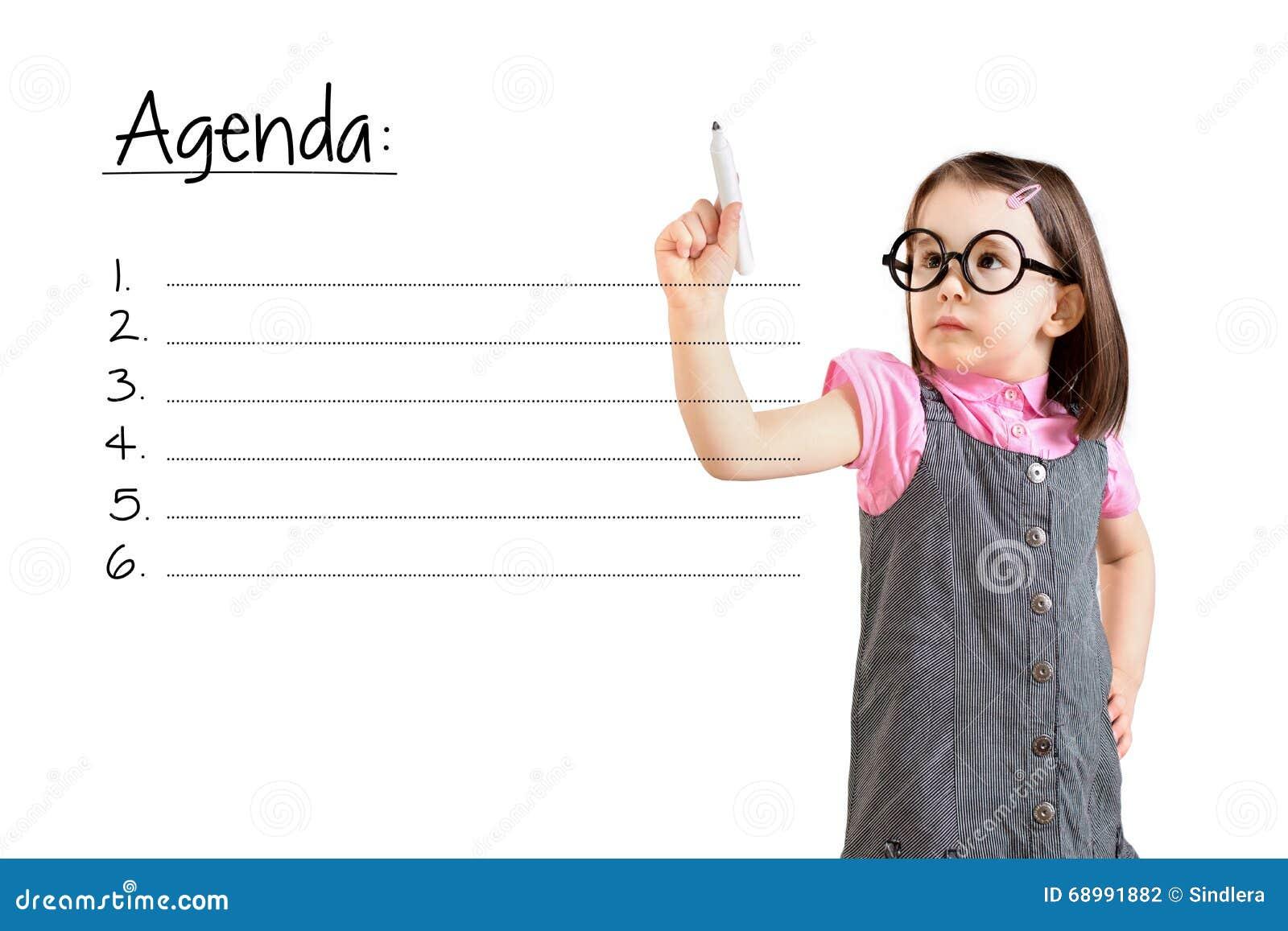Платье дела милой маленькой девочки нося и запись пустой предпосылки белизны списка повестки дня