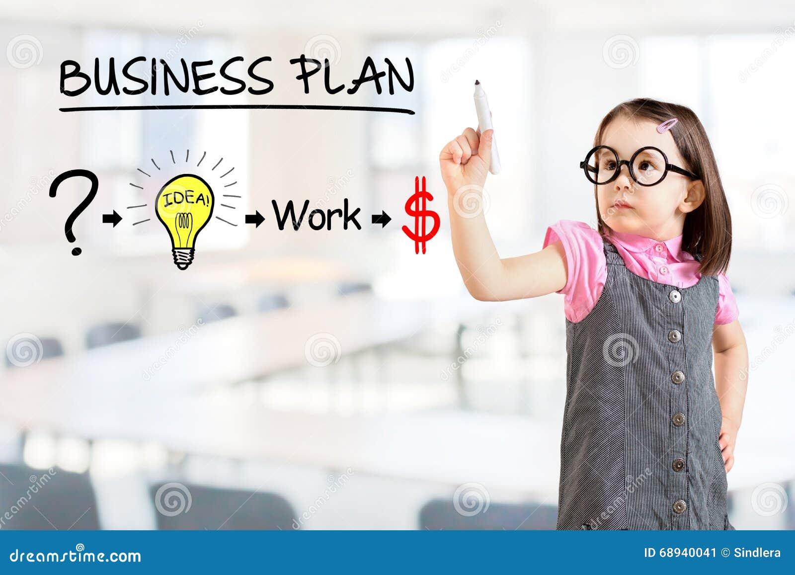 Платье дела милой маленькой девочки нося и рисовать план стратегии для того чтобы быть успешный в его деле Предпосылка офиса