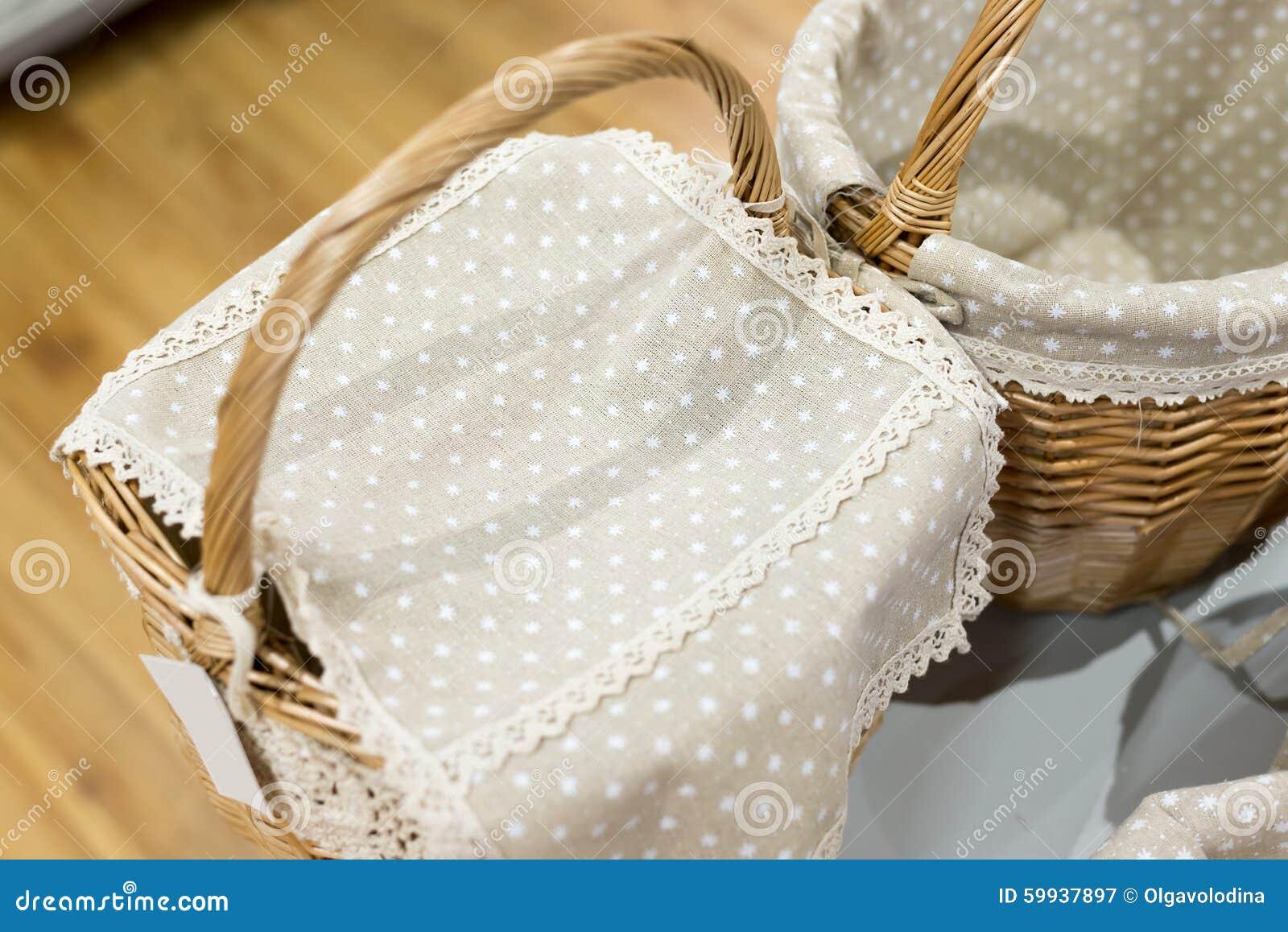 плетеная корзина покрытая с тканью