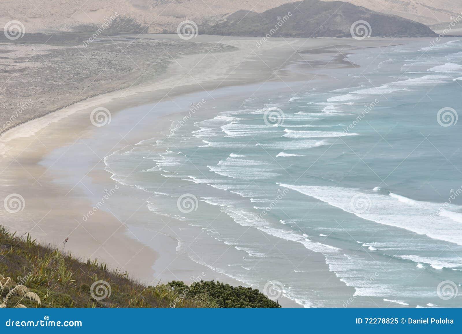 Download Плоский песчаный пляж с океанским прибоем Стоковое Изображение - изображение насчитывающей tasman, baxter: 72278825