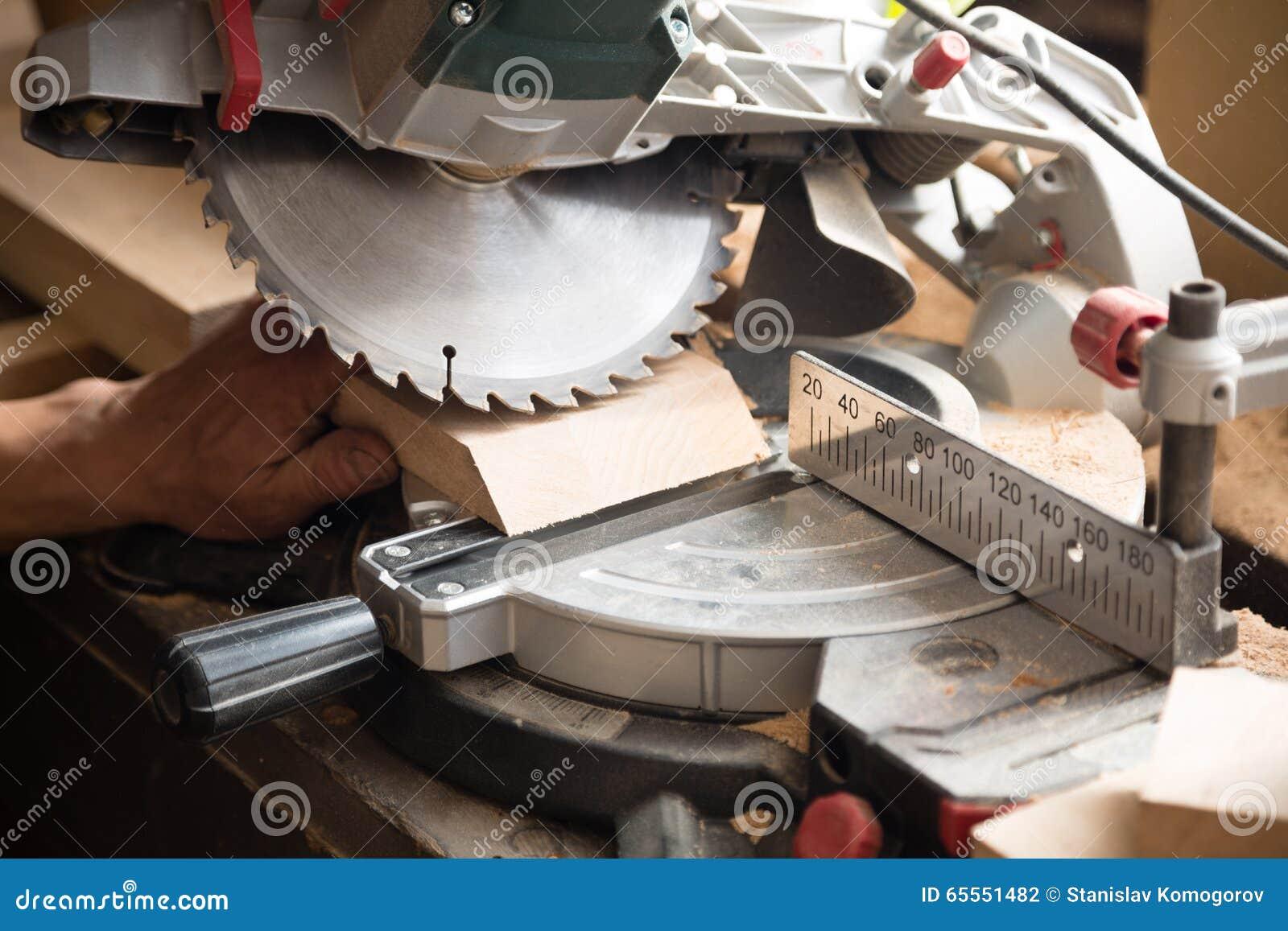Плотник работая на пилить доску циркуляция увидела
