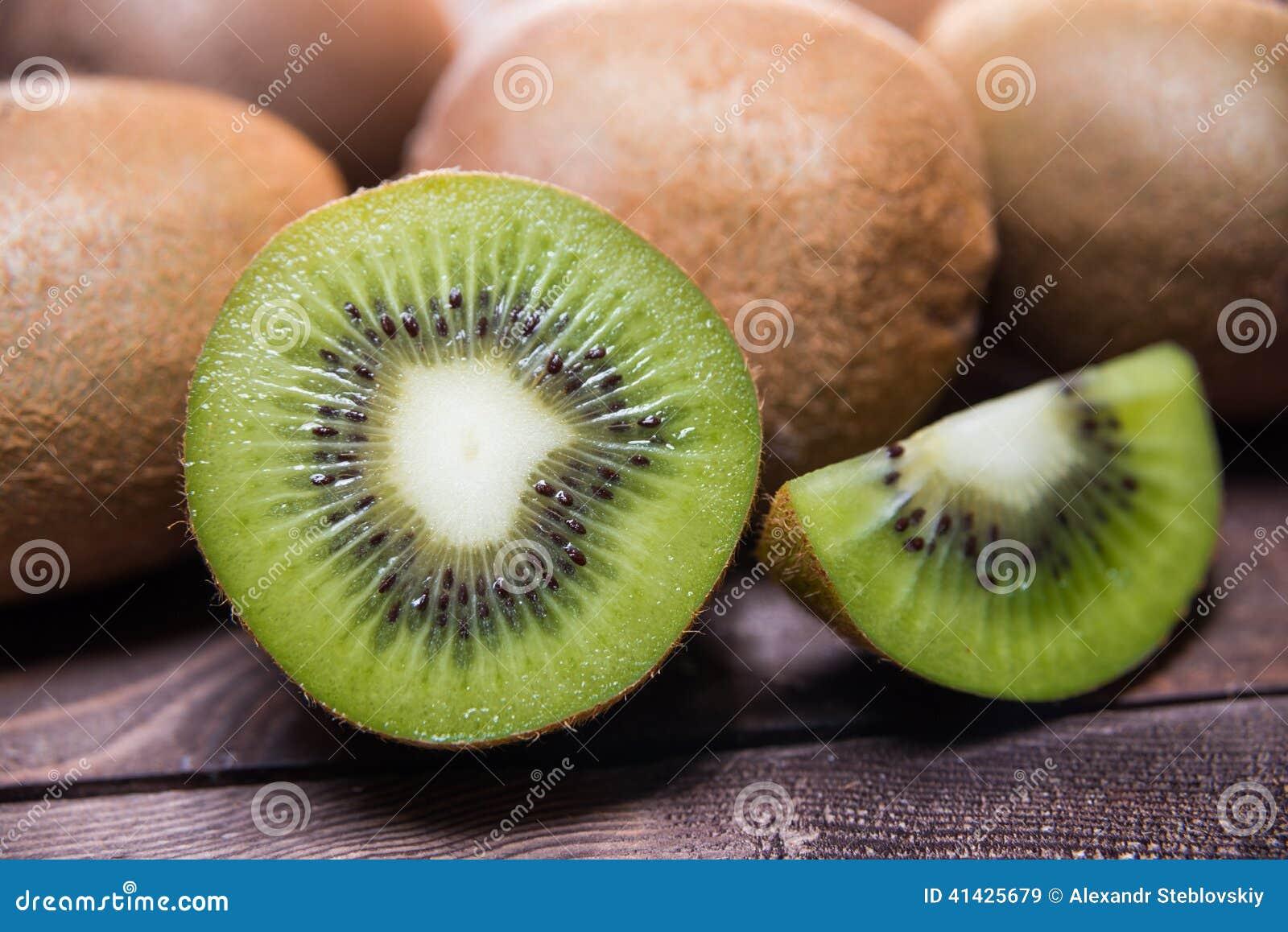 плодоовощ предпосылки близкий изолировал киви над поднимающей вверх белизной