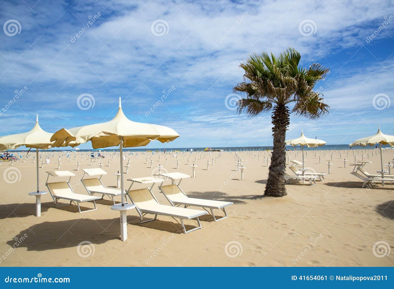Пляж в Римини, Италии