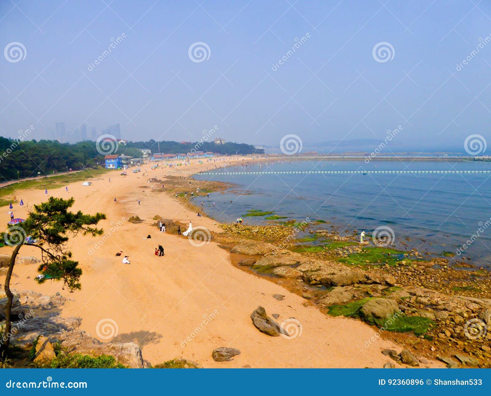 Пляж города Qingdao купая
