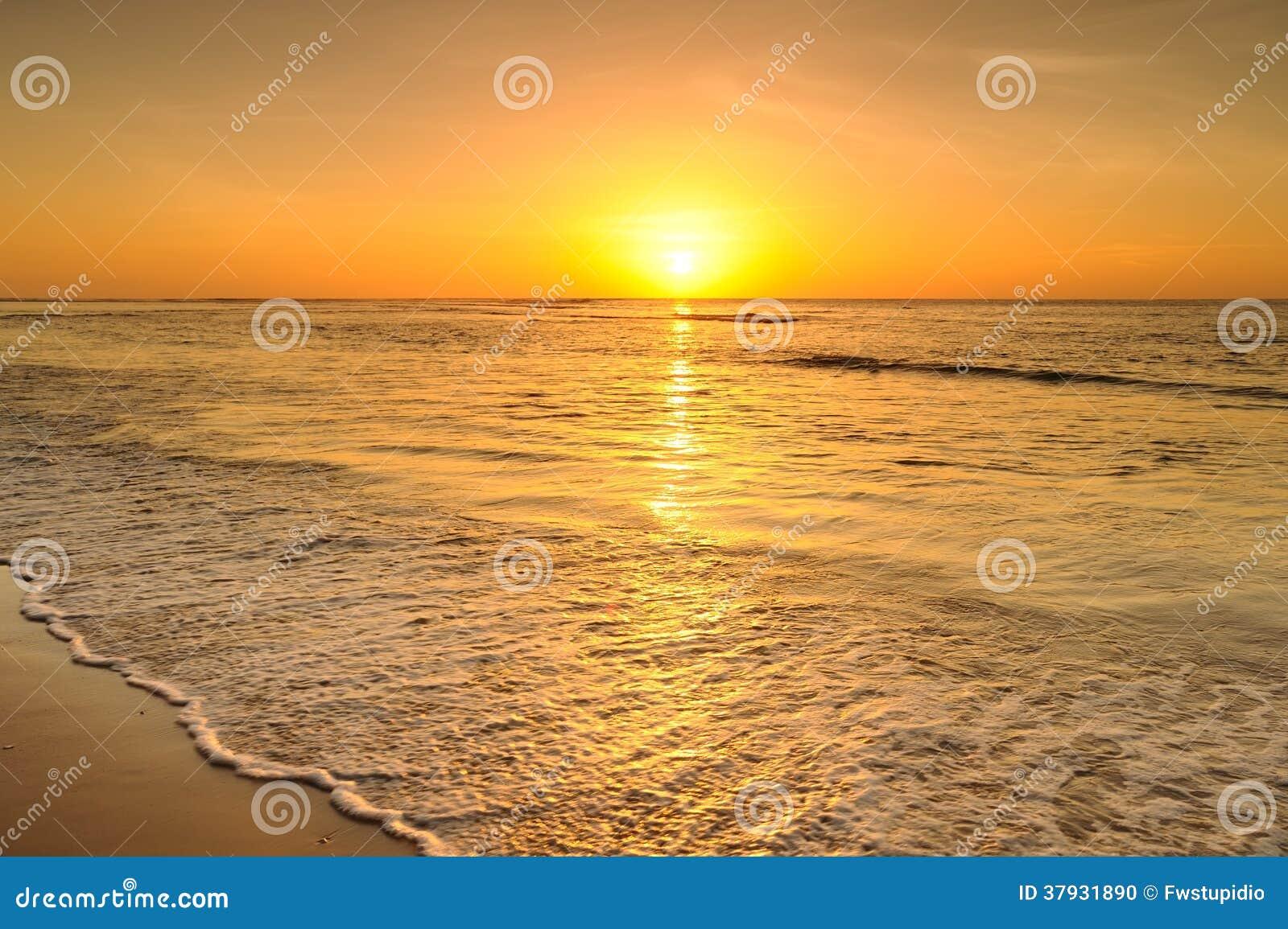 Пляж и заход солнца моря в Krabi Таиланде