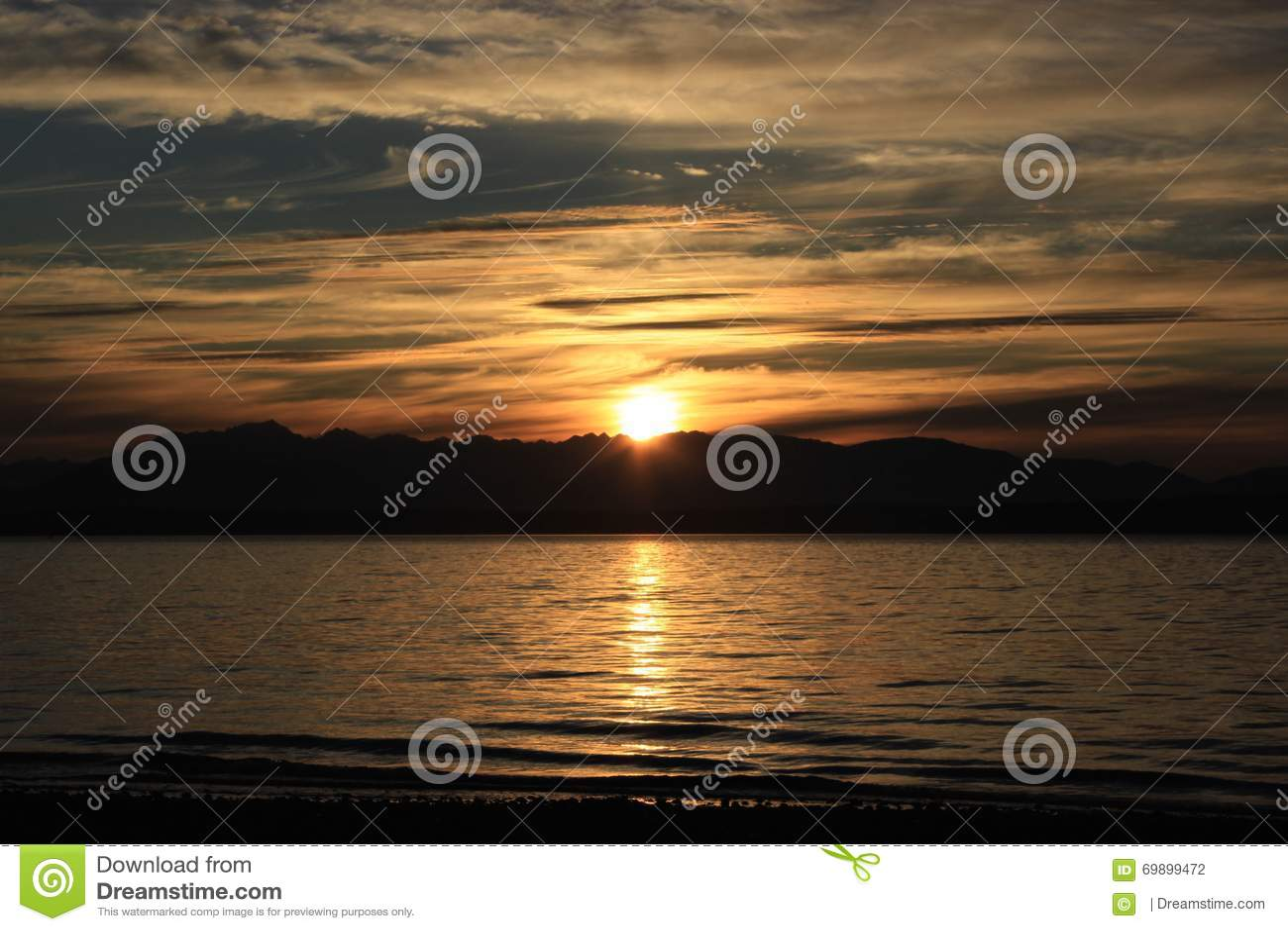 Пляж и небо захода солнца