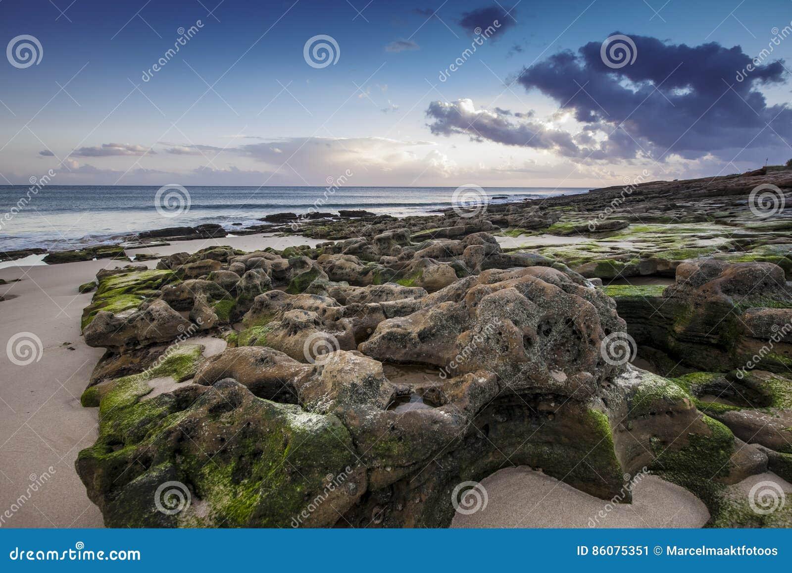 пляж утесистый