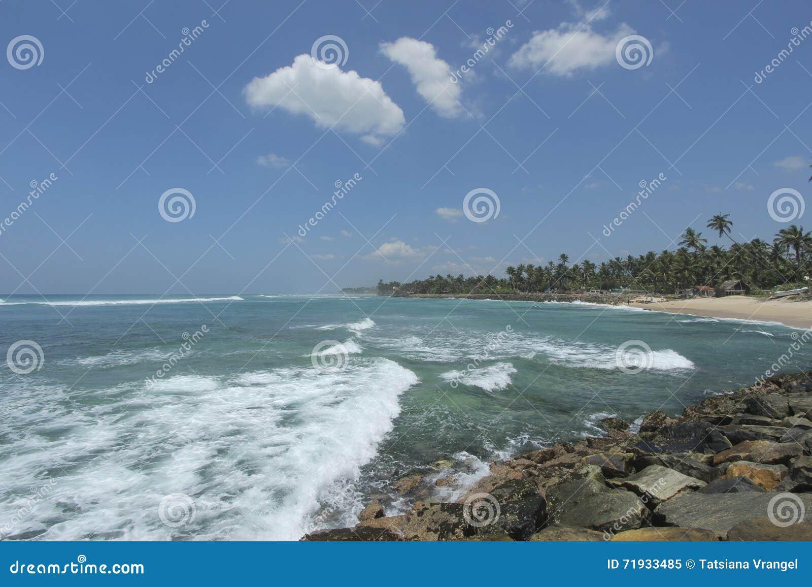 Пляж Ahangama в Sriu Lanka и волнах на береге индийский o