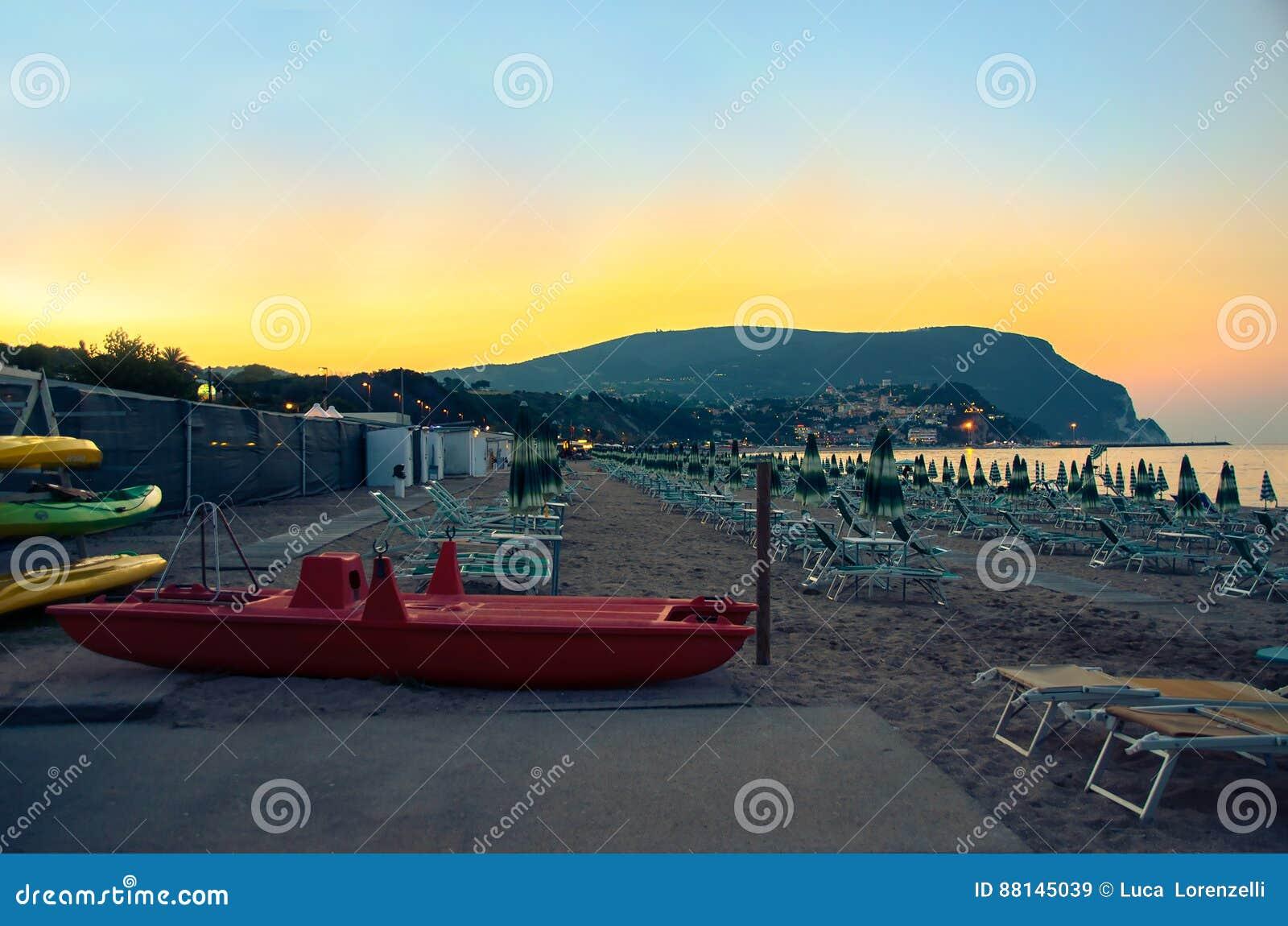 Пляж Numana к ноча Monte Conero riviera Марш Италия