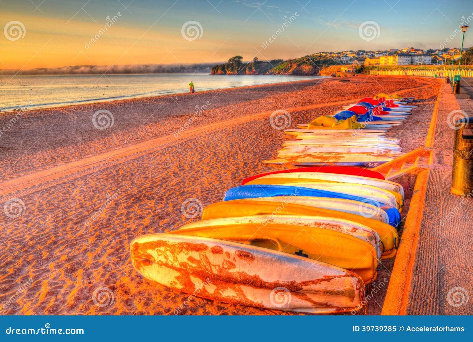 Пляж Pedalos Goodrington около Paignton Девона Англии с хатами красочным HDR