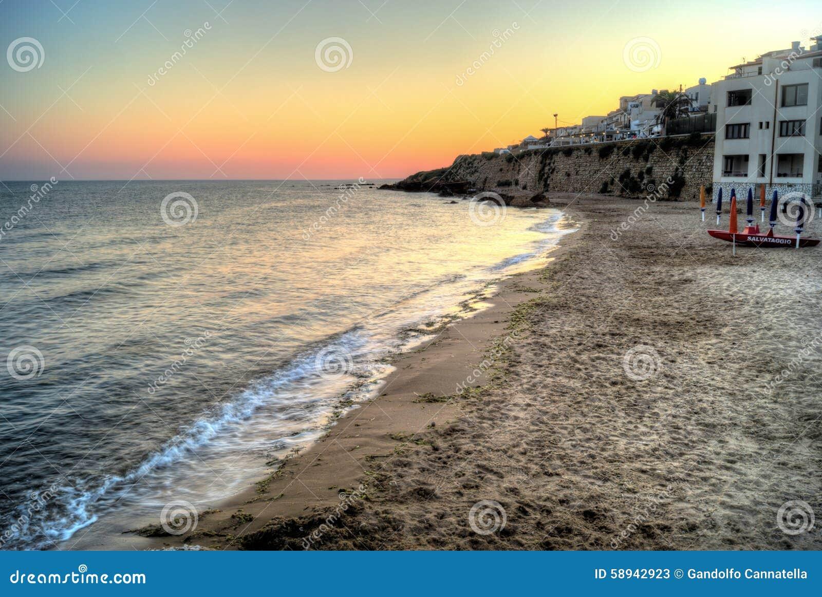 Пляж Selinunte на заходе солнца в Сицилии