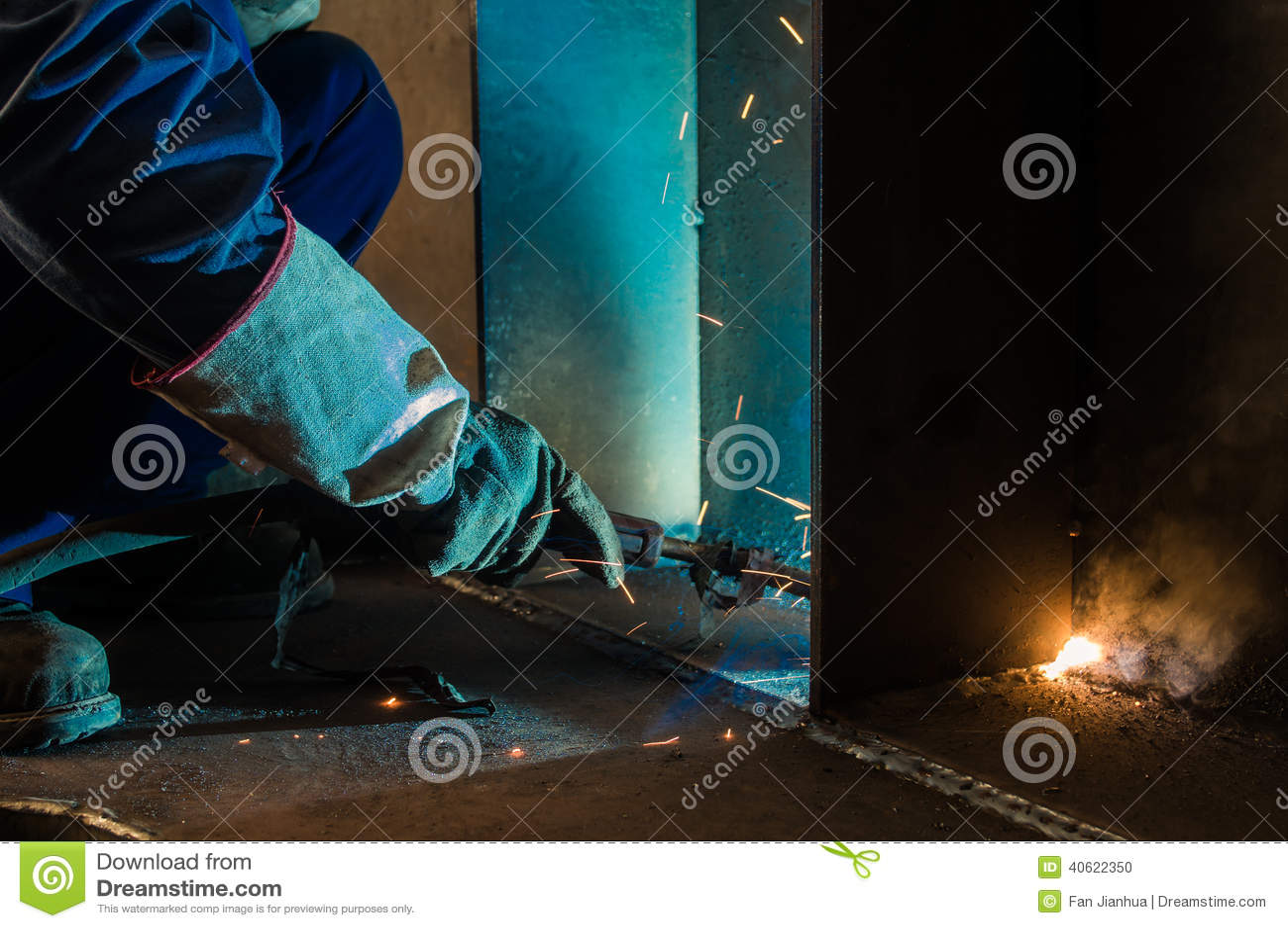 Работайте работники заварки в фабриках