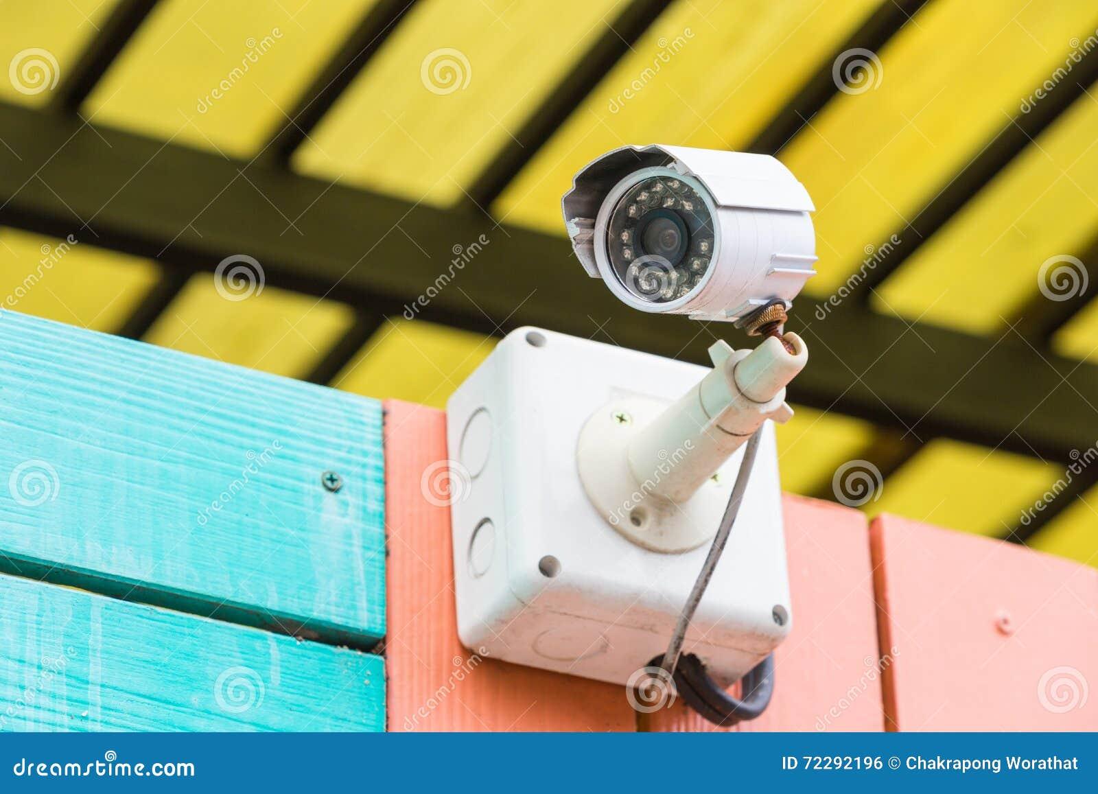 Download Работать камеры CCTV внешний с домашней загородкой Стоковое Фото - изображение насчитывающей показатель, backhoe: 72292196