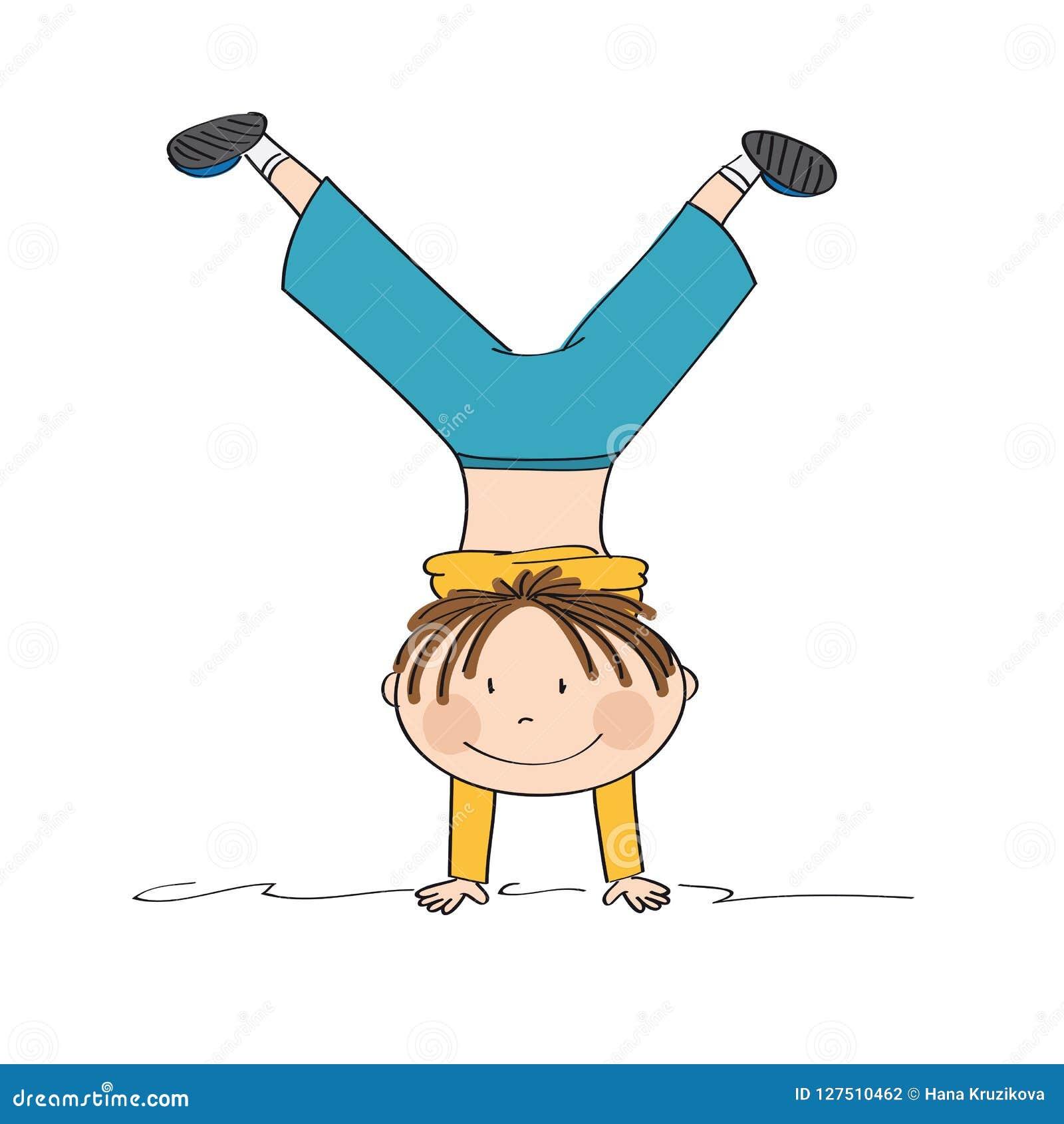 Работающ мальчика имея потеху, усмехаться, делая handstand