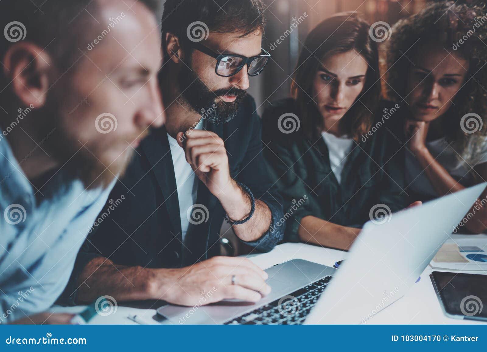 Работая процесс на офисе Молодые люди делая переговор с партнерами на офисе ночи горизонтально запачканная предпосылка