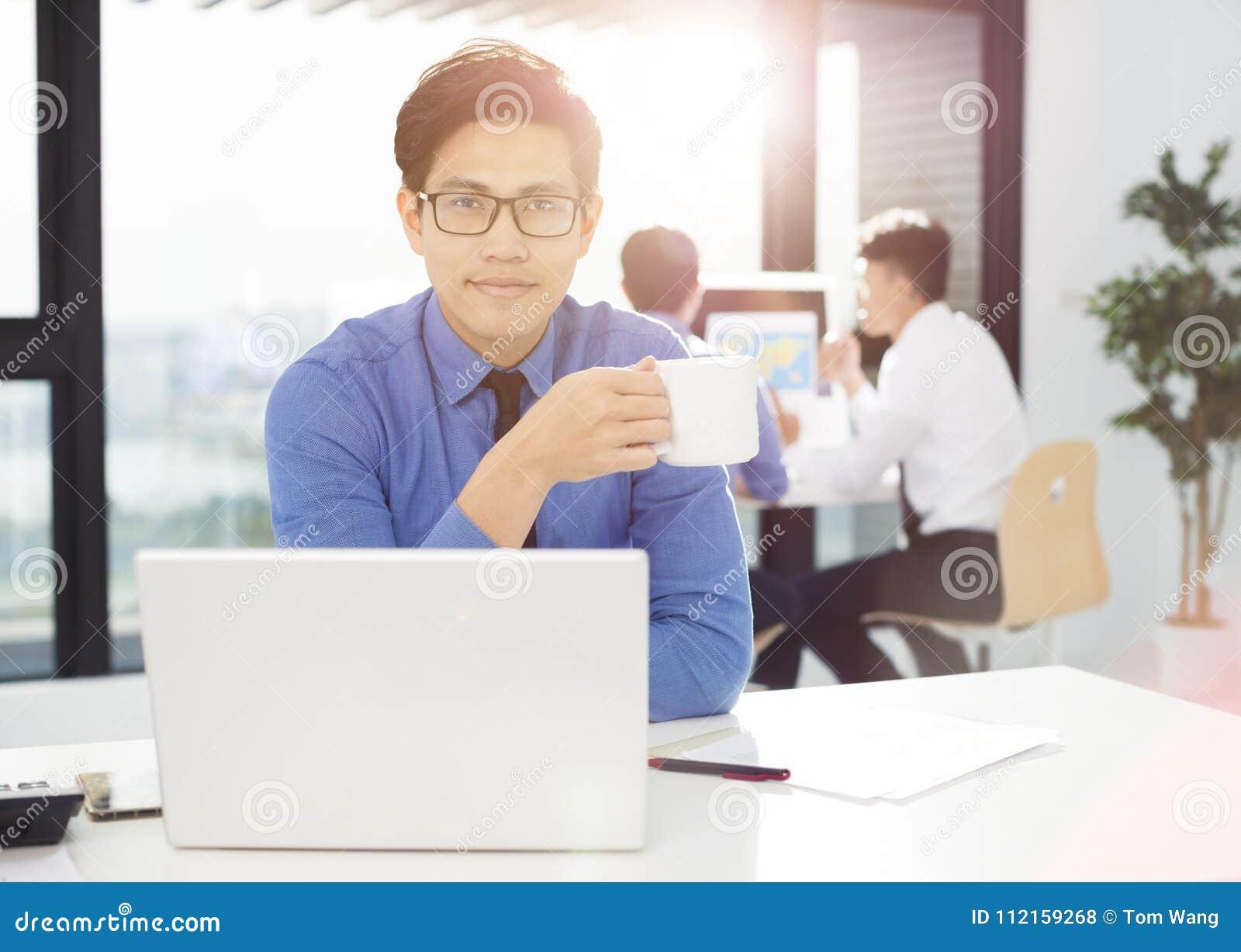 работа бизнесмена в офисе на компьютере