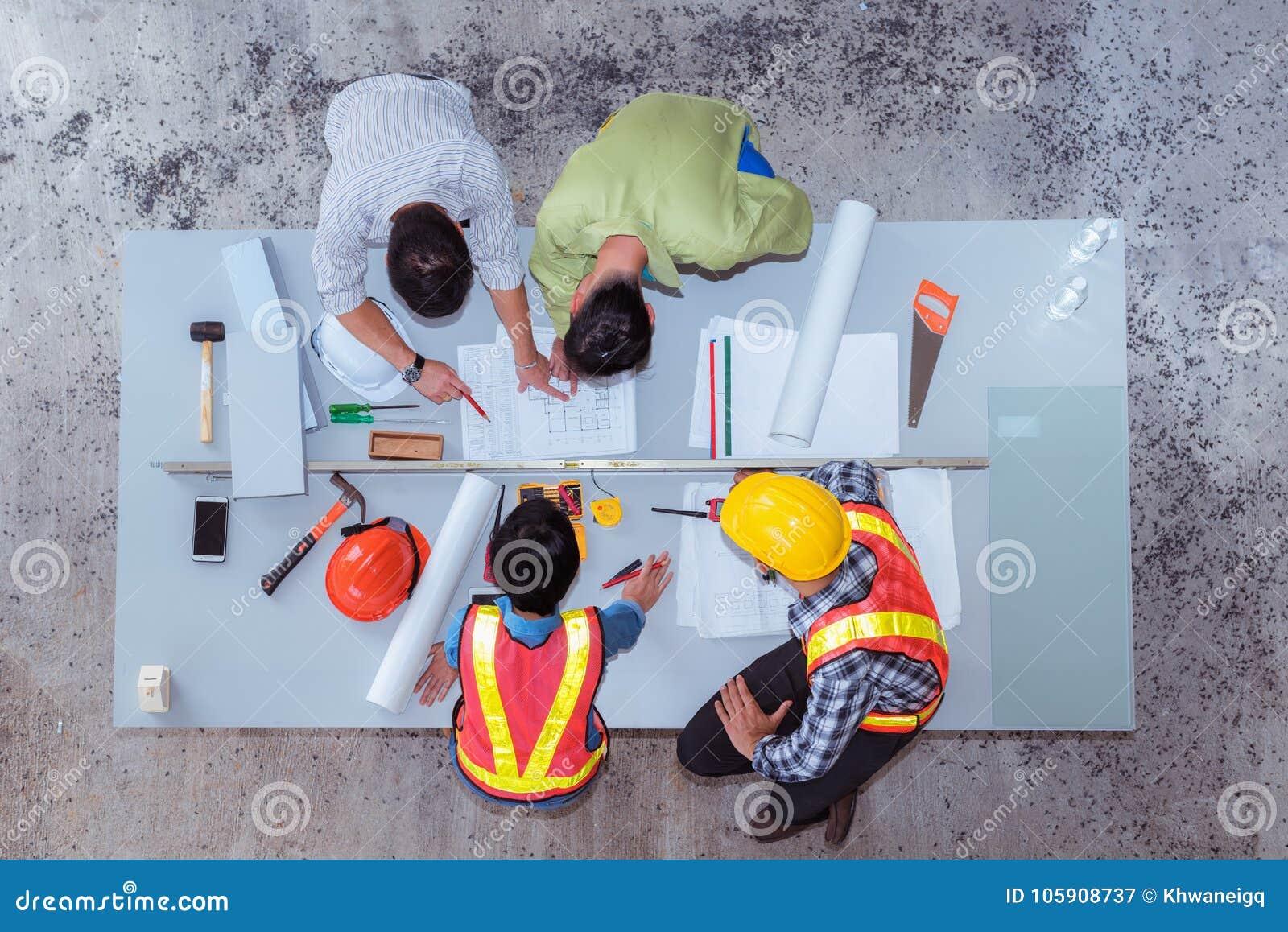 Работа команды конструкции, они re ` говоря о новом проекте, верхнем v