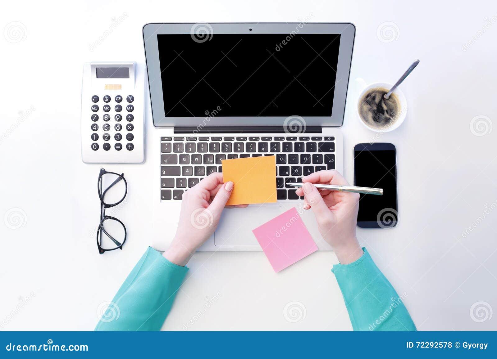 Download Работа на компьтер-книжке стоковое фото. изображение насчитывающей финансовохозяйственно - 72292578