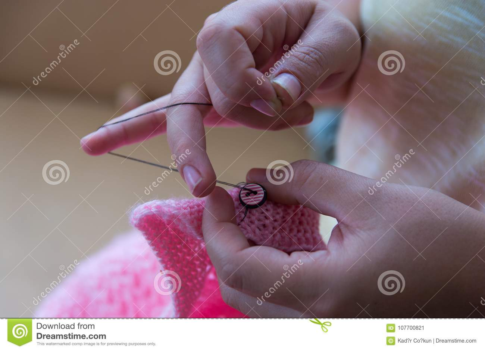 Работа руки, шить кнопки