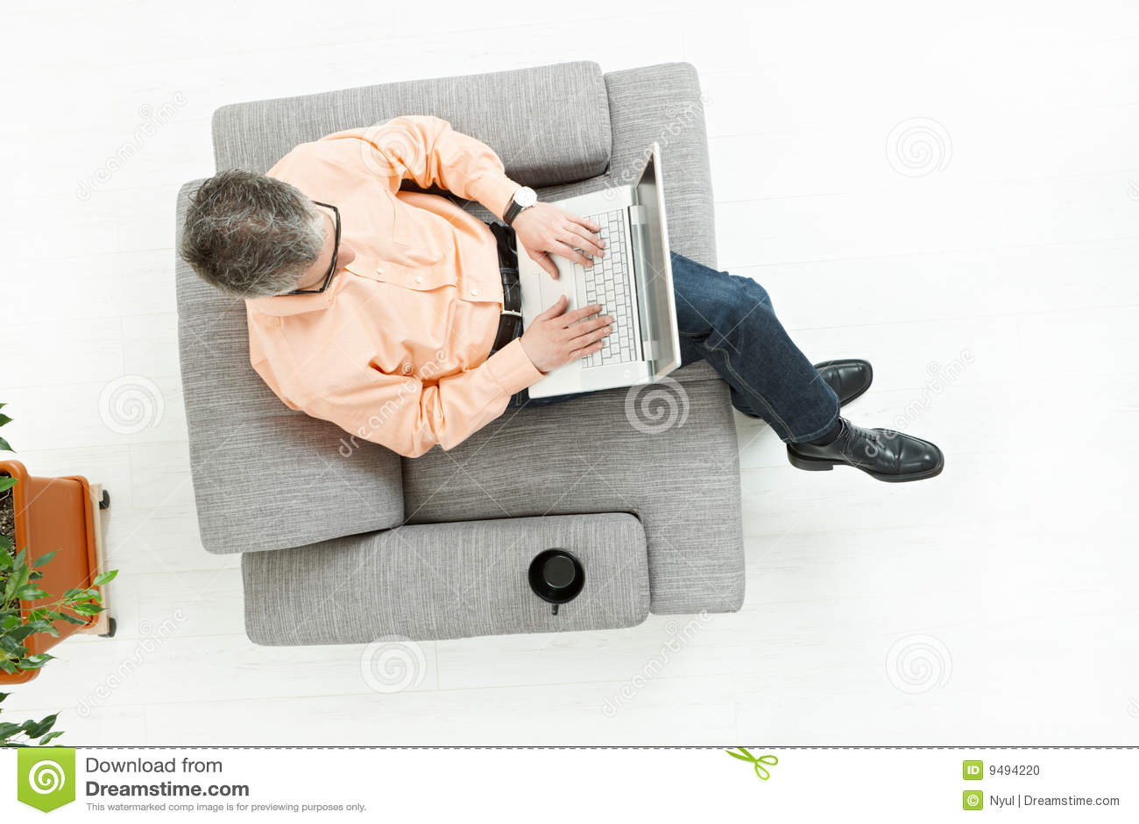 работа человека компьтер-книжки кресла сидя