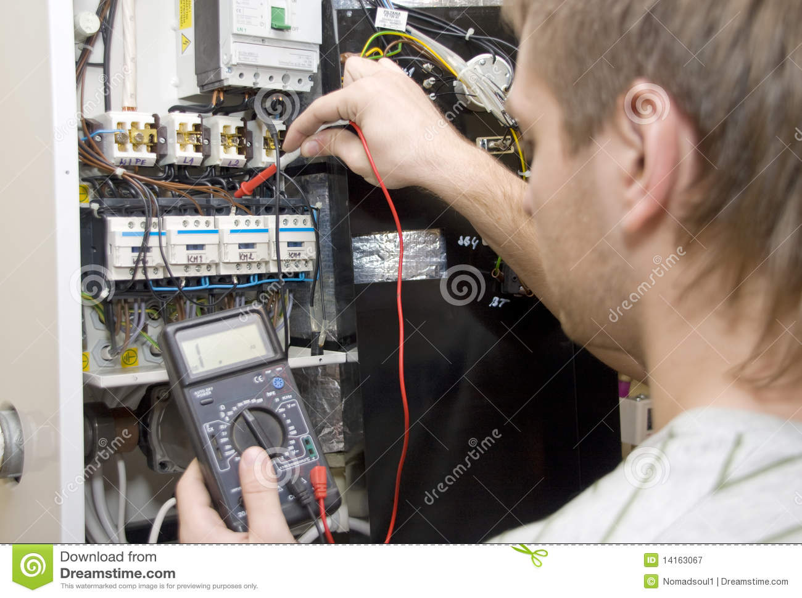Скачать фото электрика в работе