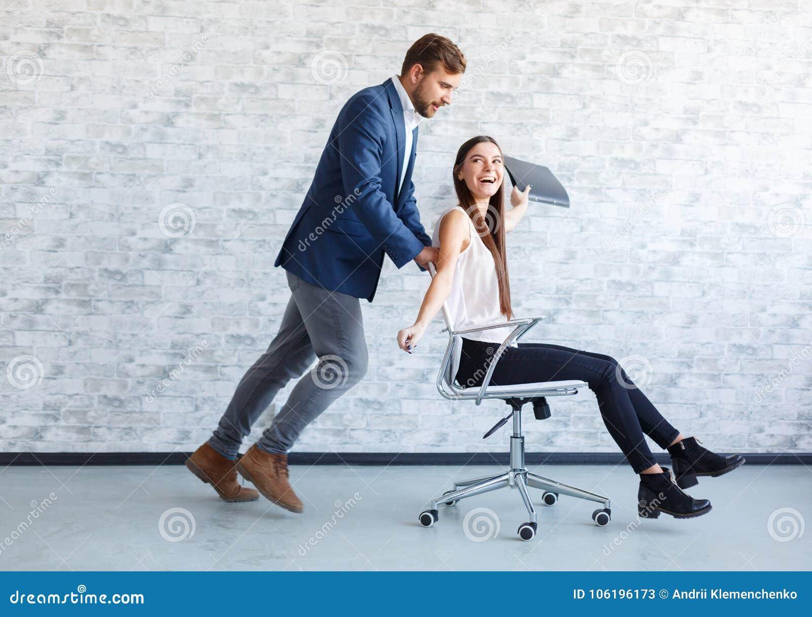 Парень с девушкой на работе модельное агентство fashion style москва отзывы