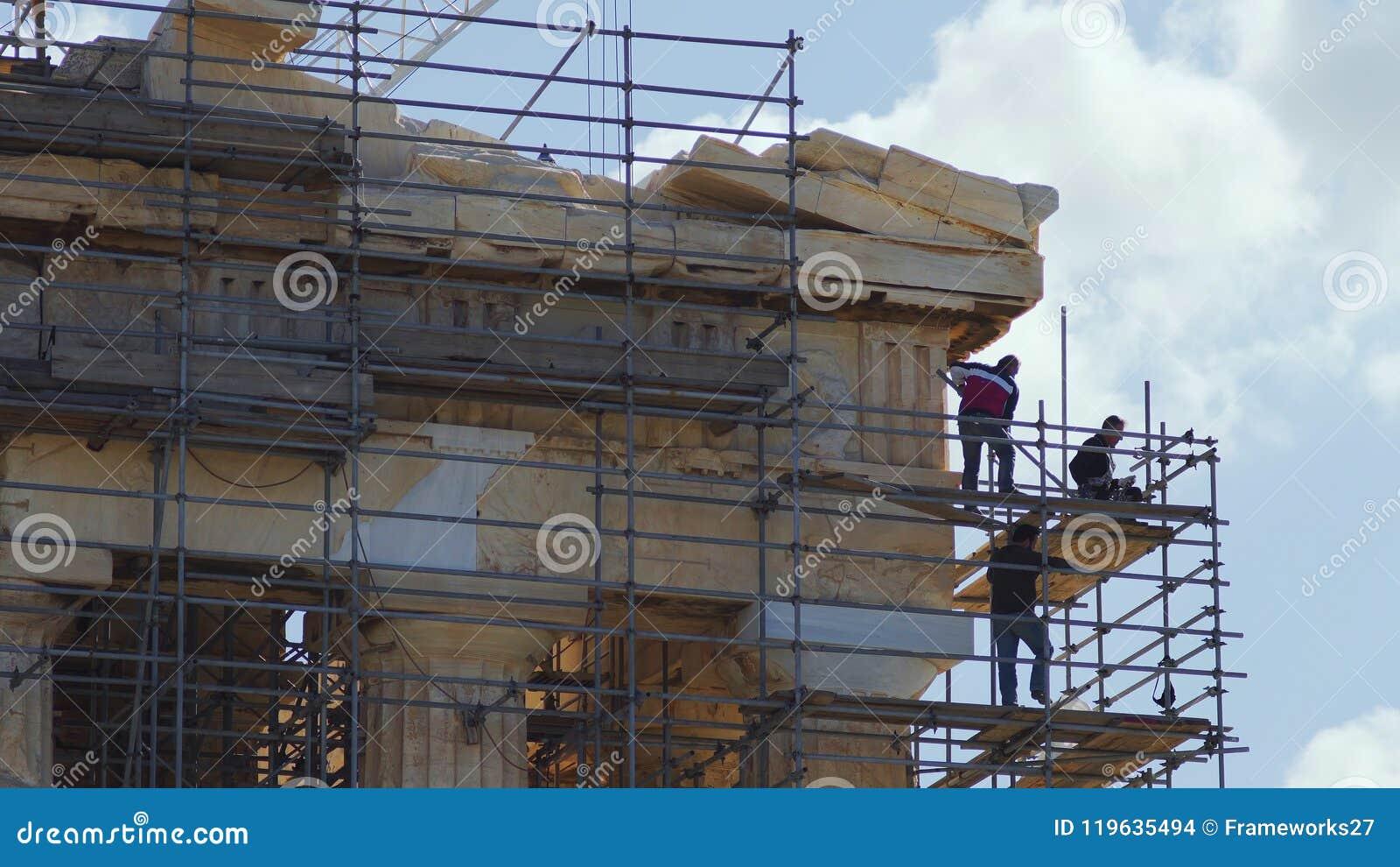 Работники восстановления на старом виске Парфенона