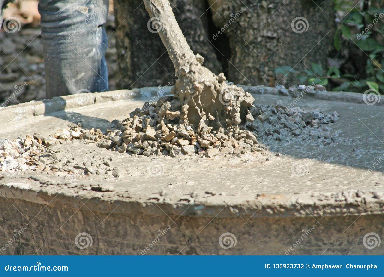 намешать бетон