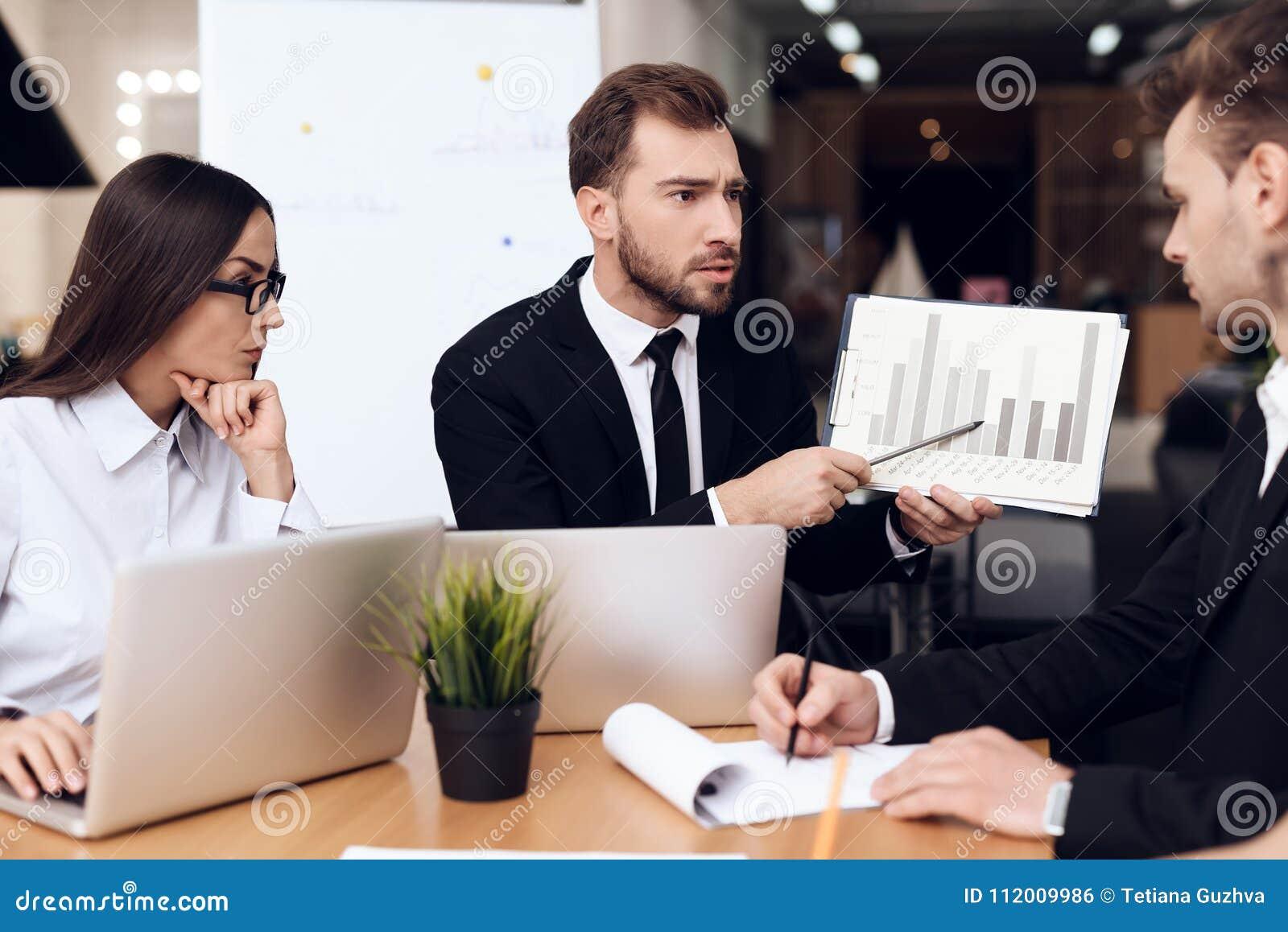Работники компании созывают собрание на таблице