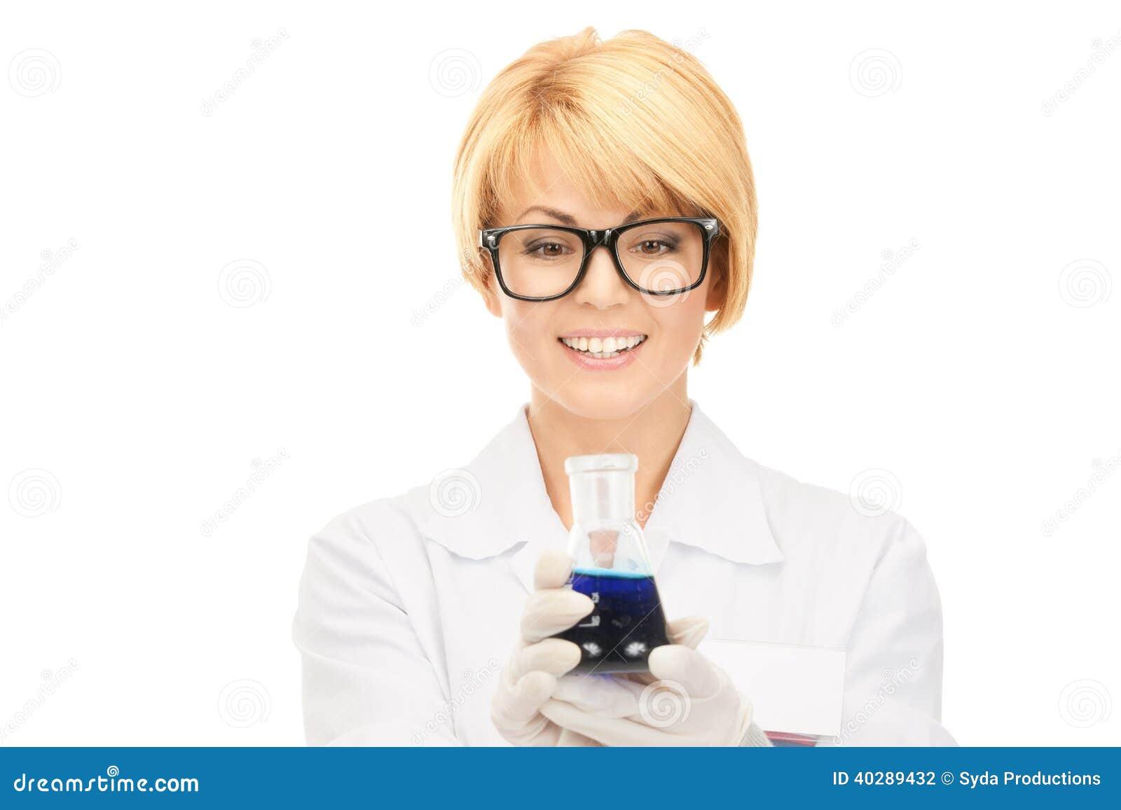 Работник лаборатории задерживая пробирку