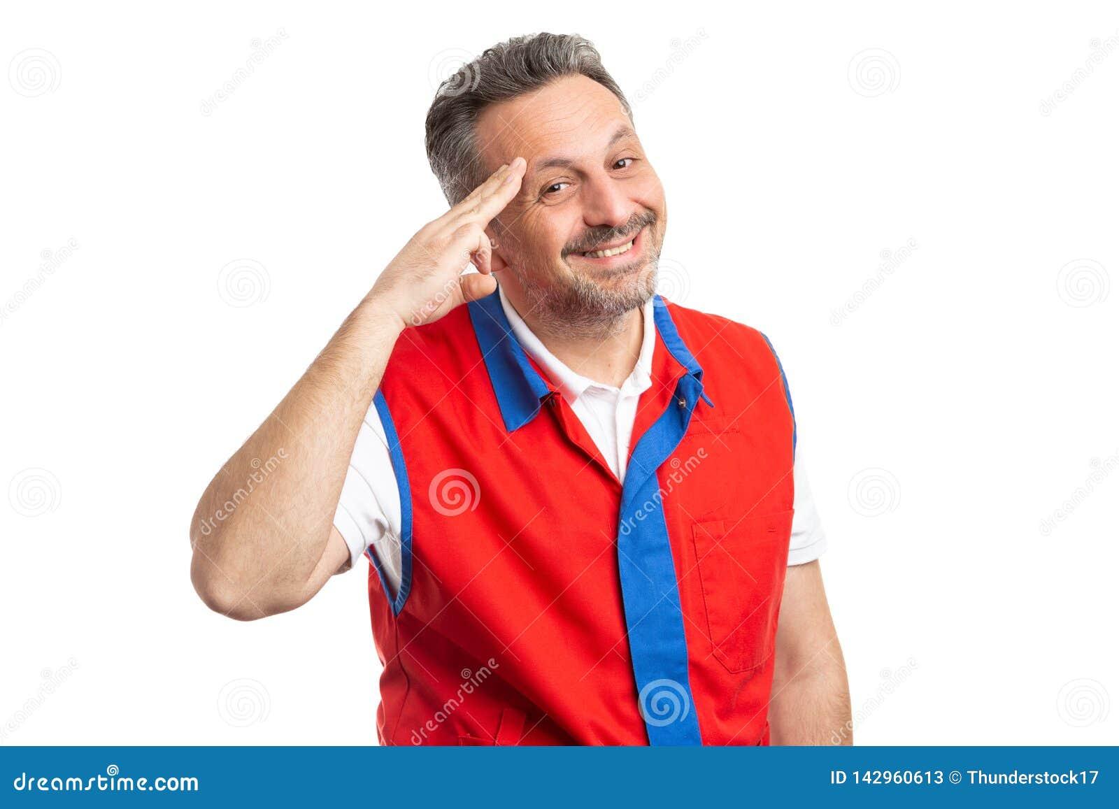 Работник гипермаркета делая военное приветствие с рукой