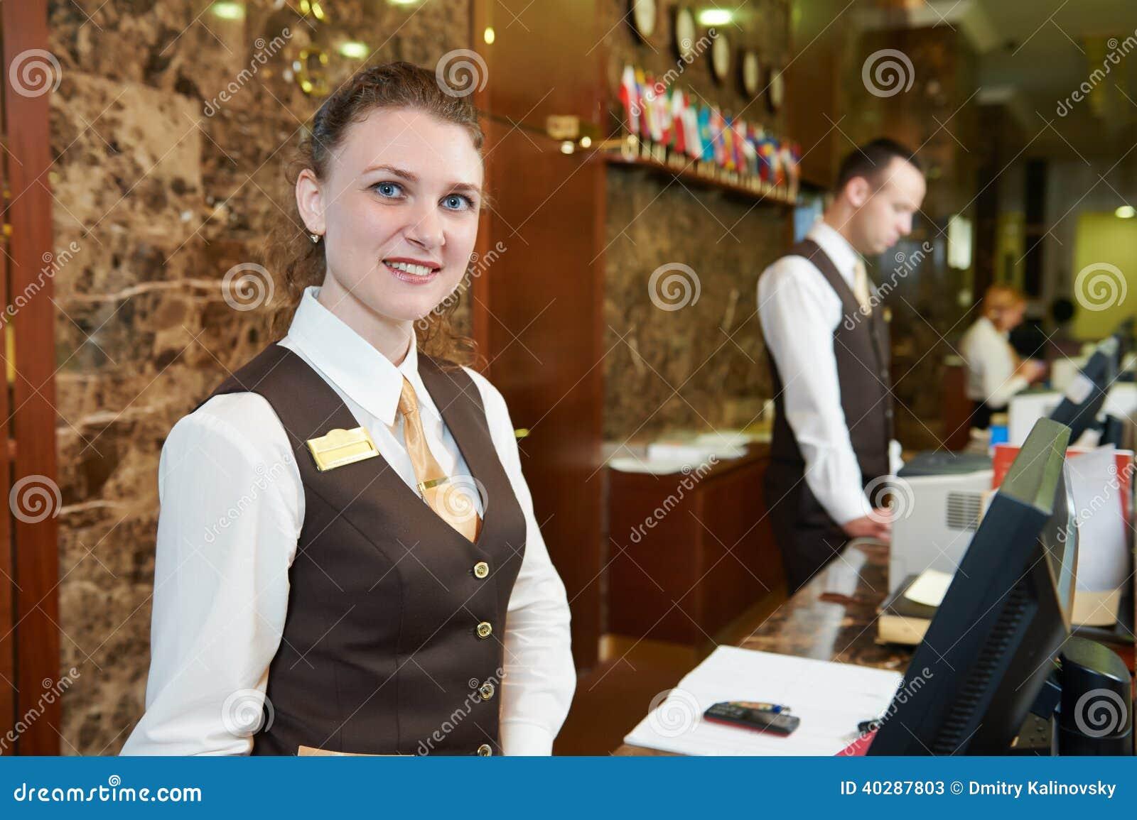 Работник гостиницы на приеме