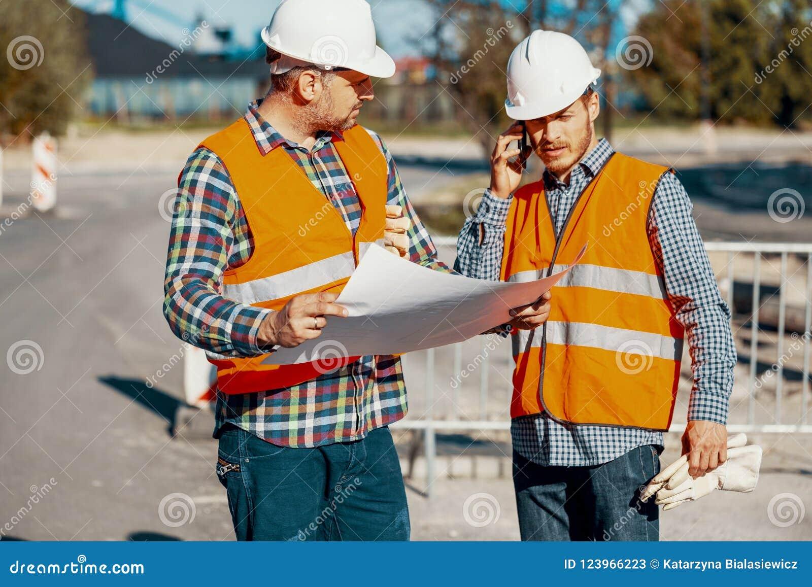 Работник и менеджер конструкции советуя с на проекте с английским языком