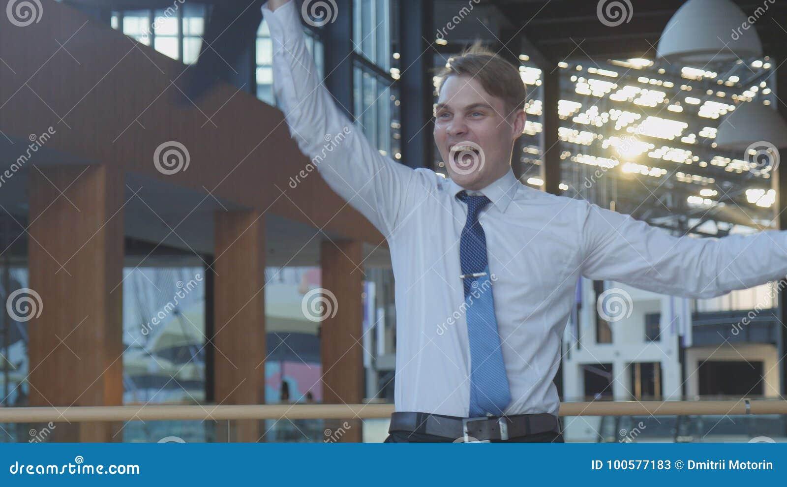 Работник празднуя успех
