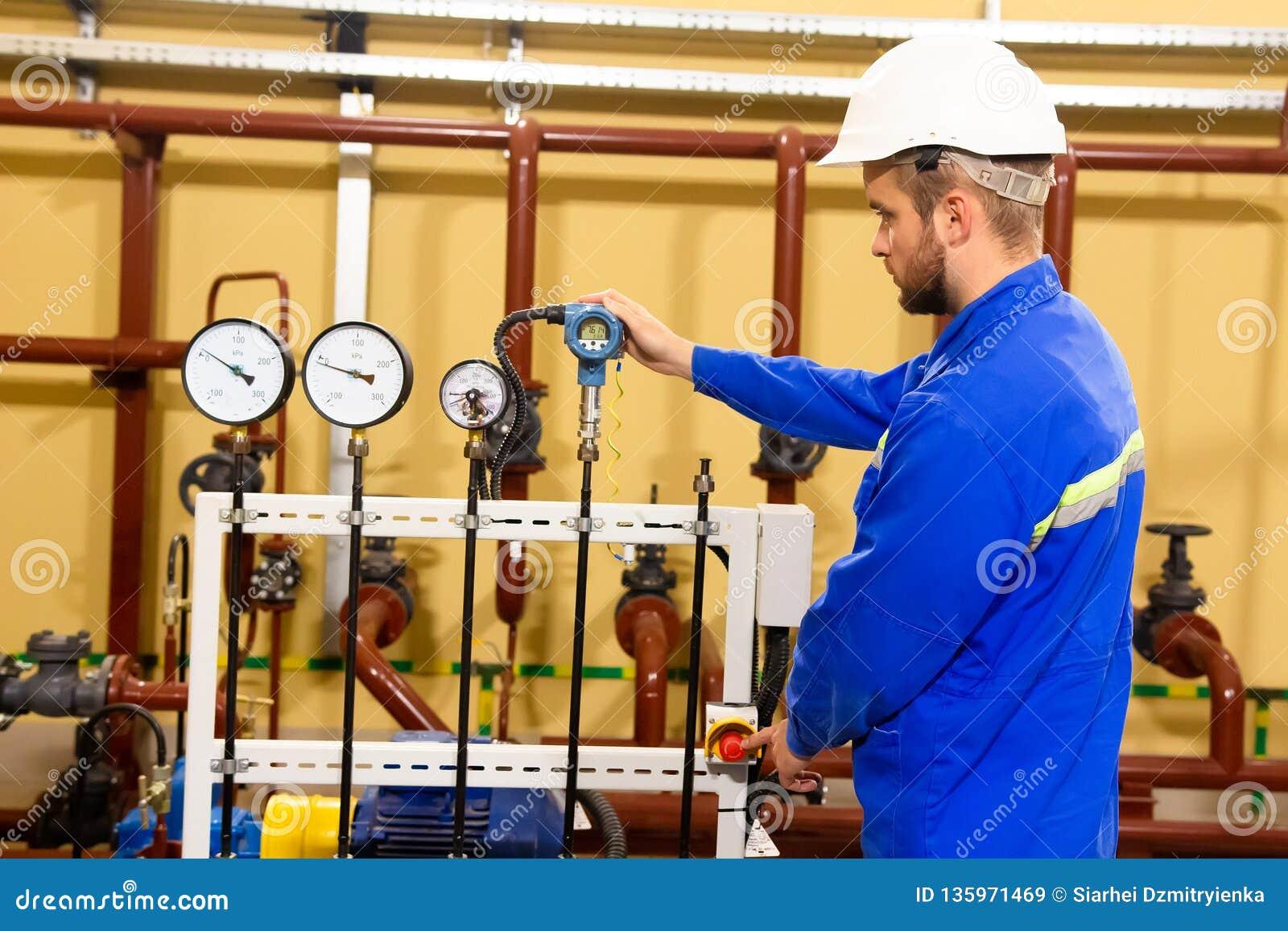 Работник техника на промышленном предприятии