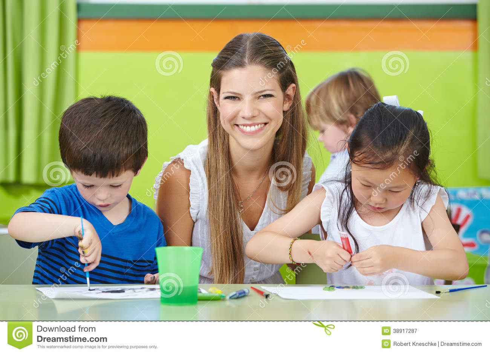 Работник ухода за детями с детьми