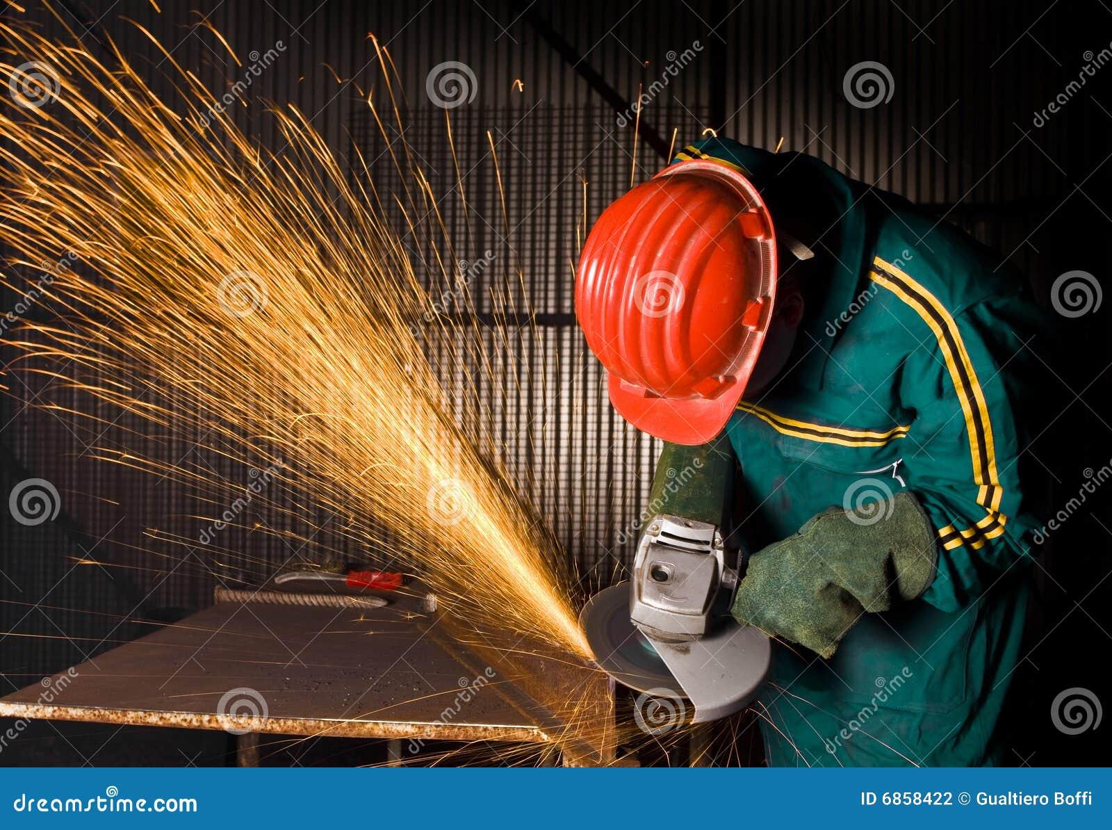 работник физического труда тяжелой индустрии точильщика