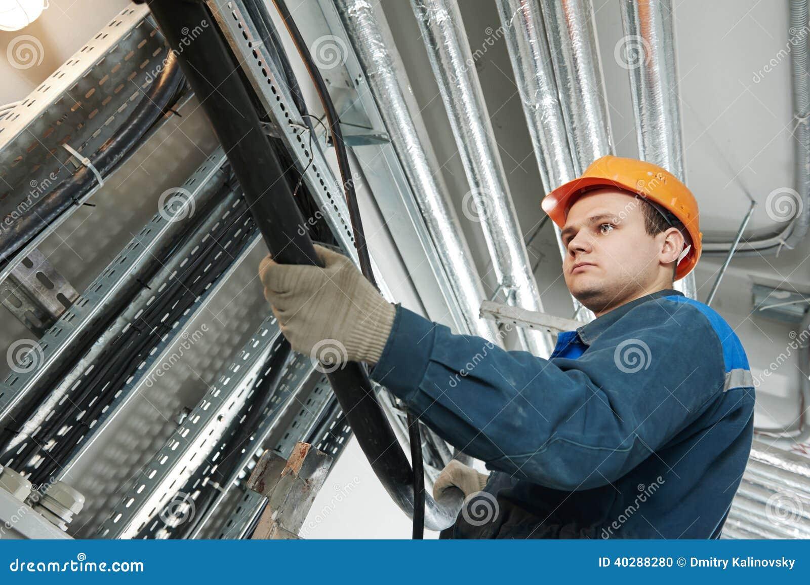 Работник электрика на привязывать